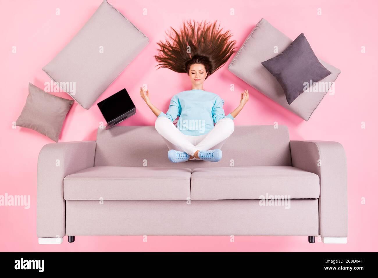Vista superior sobre el concepto de flat lay plano de ángulo alto de ella ella bonita atractiva tranquila enfocada niña sentada en diván meditando chakra asana Foto de stock