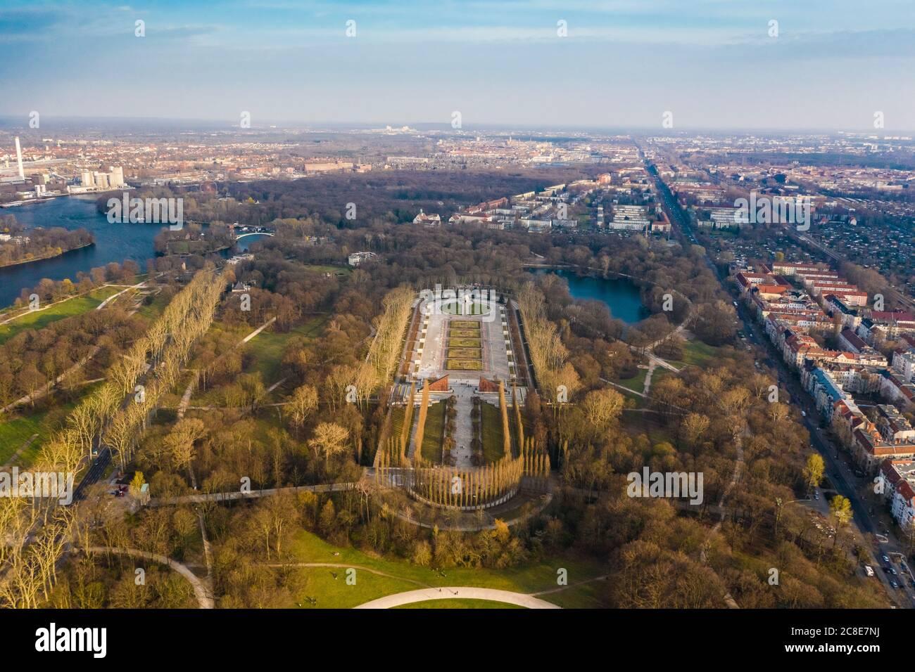 Alemania, Berlín, Vista aérea del Treptower Park Soviet War Memorial en otoño Foto de stock