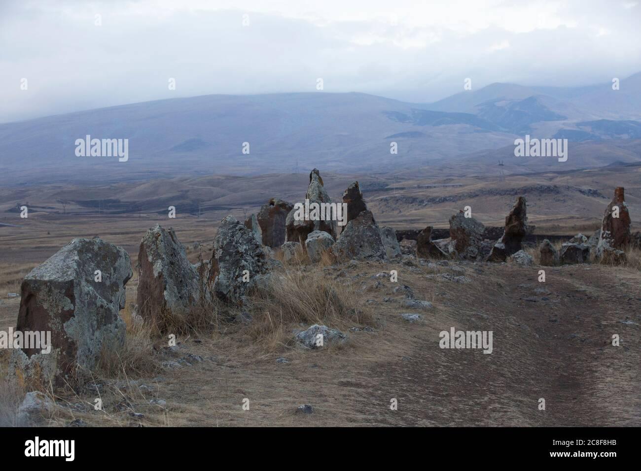 Carahunge, situado en una llanura dramática, es un sitio arqueológico prehistórico cerca de la ciudad de Sisian en la provincia de Syunik de Armenia. Foto de stock
