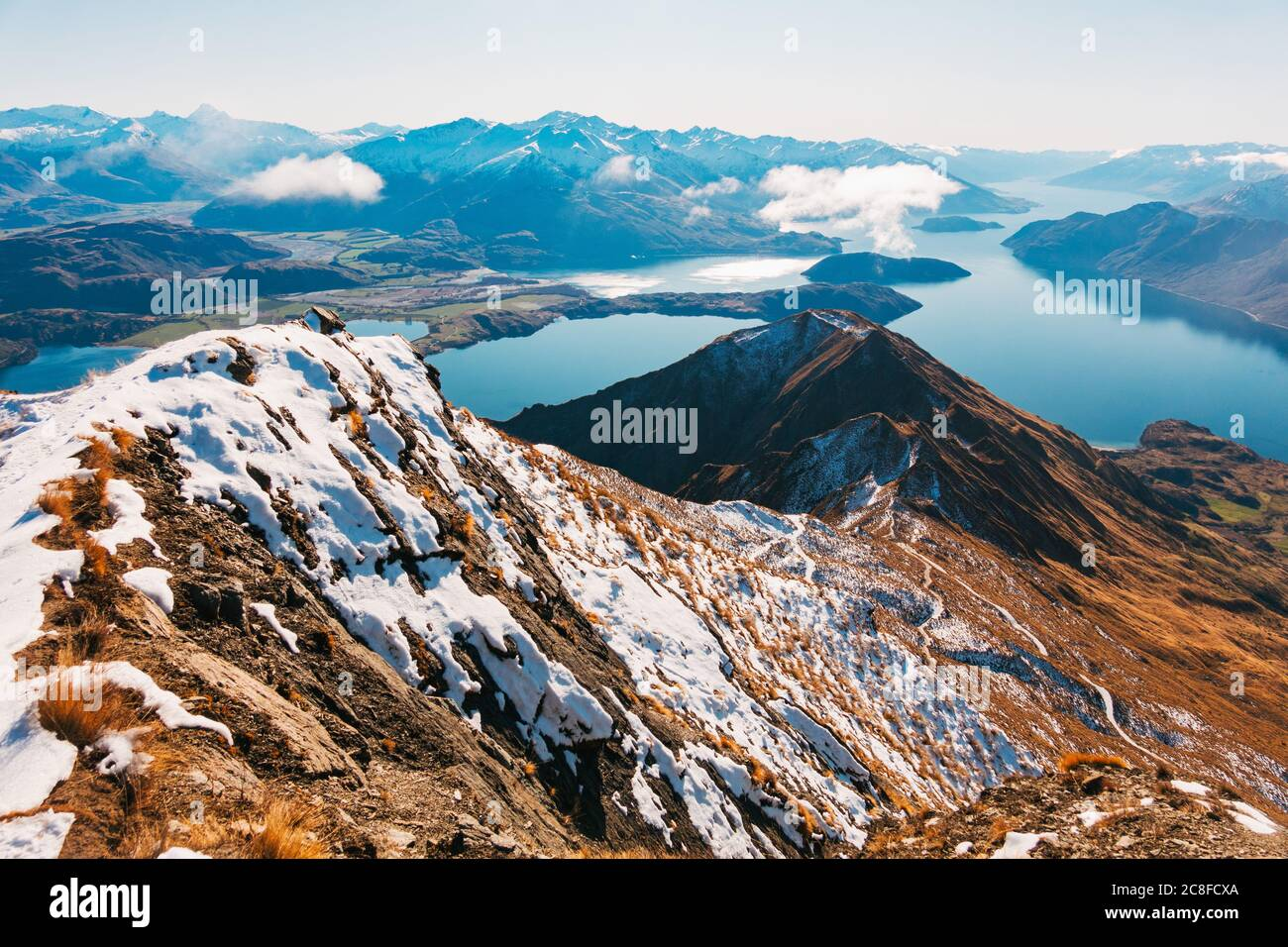 Líneas de cresta nevadas en el Roys Peak Track durante el invierno en Wanaka, Nueva Zelanda Foto de stock