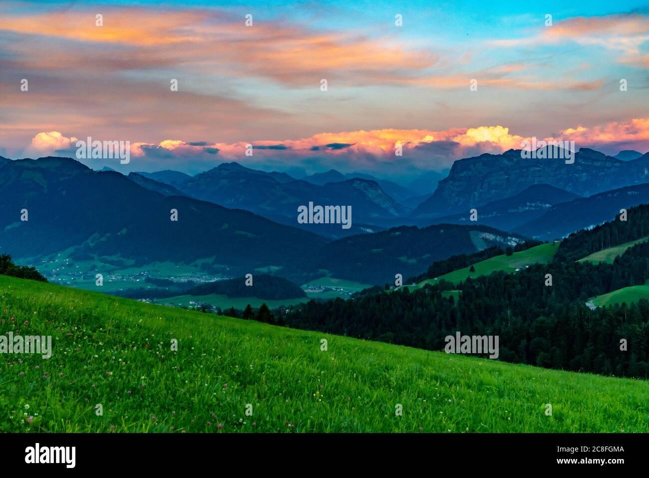 Abendrot im Bregenzerwald, Aussicht auf die Kanisfluh und Niedere, leuchtende Wolken über den Bergen, después de brillar sobre las montañas de Vorarlberg Foto de stock