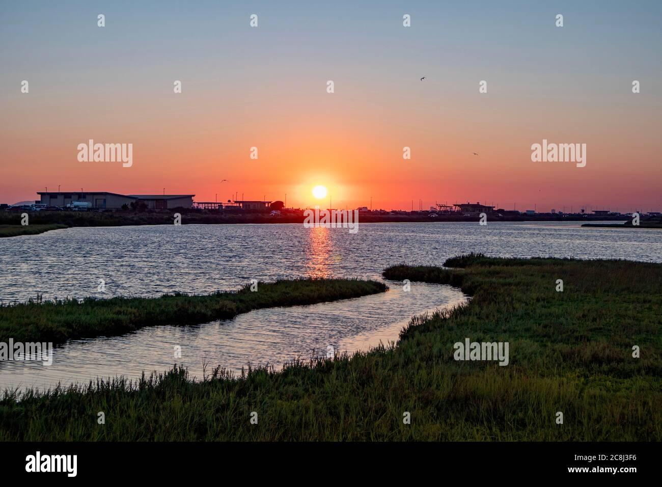 Puesta de sol sobre humedales y pantanos tomados en Bolsa Chica Wetland y Reserva Ecológica en Huntington Beach, California, EE.UU Foto de stock
