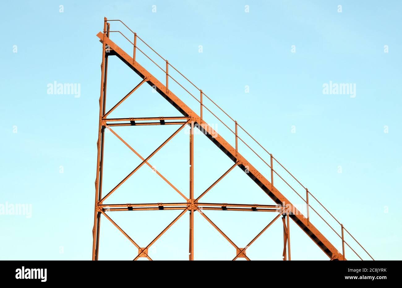 Escaleras que no conducen a ninguna parte en un gasómetro en desuso en Surrey Foto de stock
