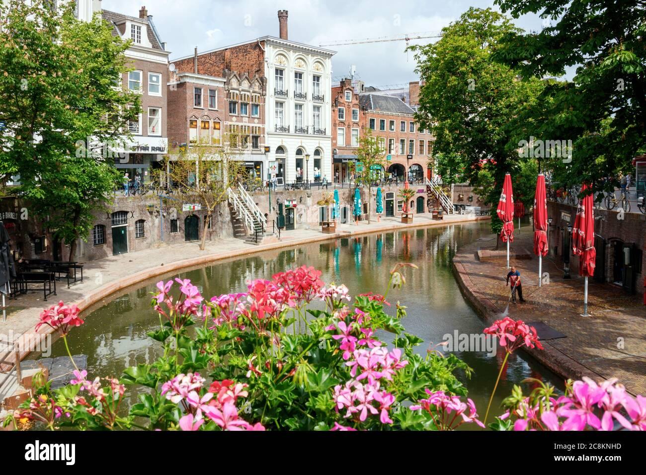 Utrecht. El Oudegracht (Canal Viejo) con flores, muelles medievales y el Fresenburch, una de las casas monumentales. Países Bajos. Foto de stock