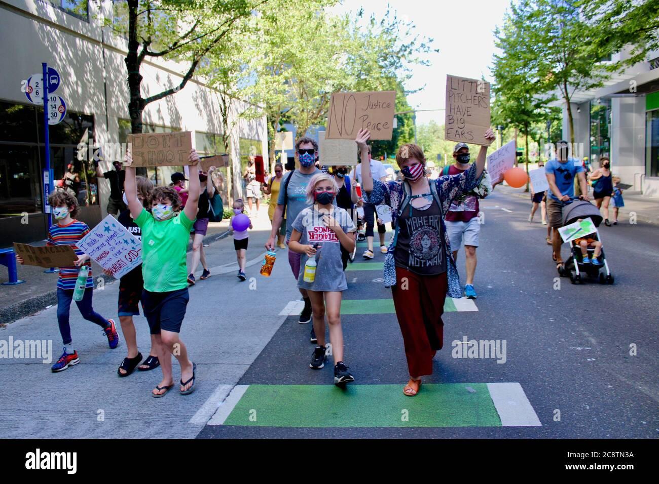 """Portland, Oregon, EE.UU. 26 de julio de 2020. Los niños y sus padres marcharon hoy como parte de """"familias que exigen Feds fuera de Portland"""", un evento organizado por .'levantando niños antirracistas PDX.''la marcha comenzó en Salmon St. Fountain y terminó en el Centro de Justicia/Sala de la Corte, donde un joven afroamericano dio un discurso de corazón sobre igualdad y libertad. Se trataba de """"ver la fuerza de las familias locales que no quieren que los DHS se apoderen de la ciudad"""", según la página de Facebook. Crédito: Amy Katz/ZUMA Wire/Alamy Live News Foto de stock"""