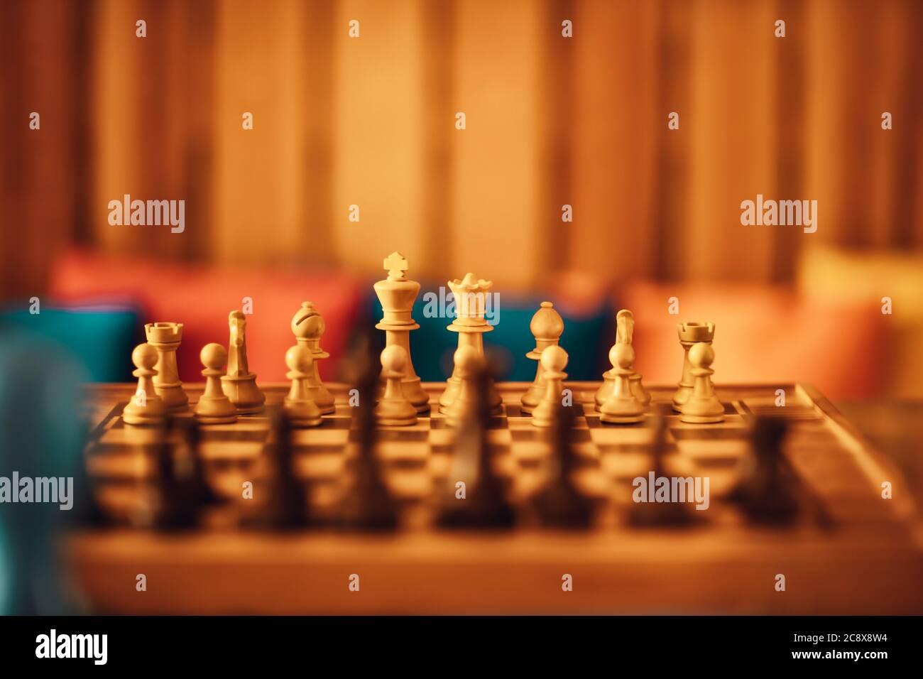 Juego de Ajedrez. Tablero de ajedrez con figuras. Luz cálida suave. Deportes intelectuales. Foto de stock