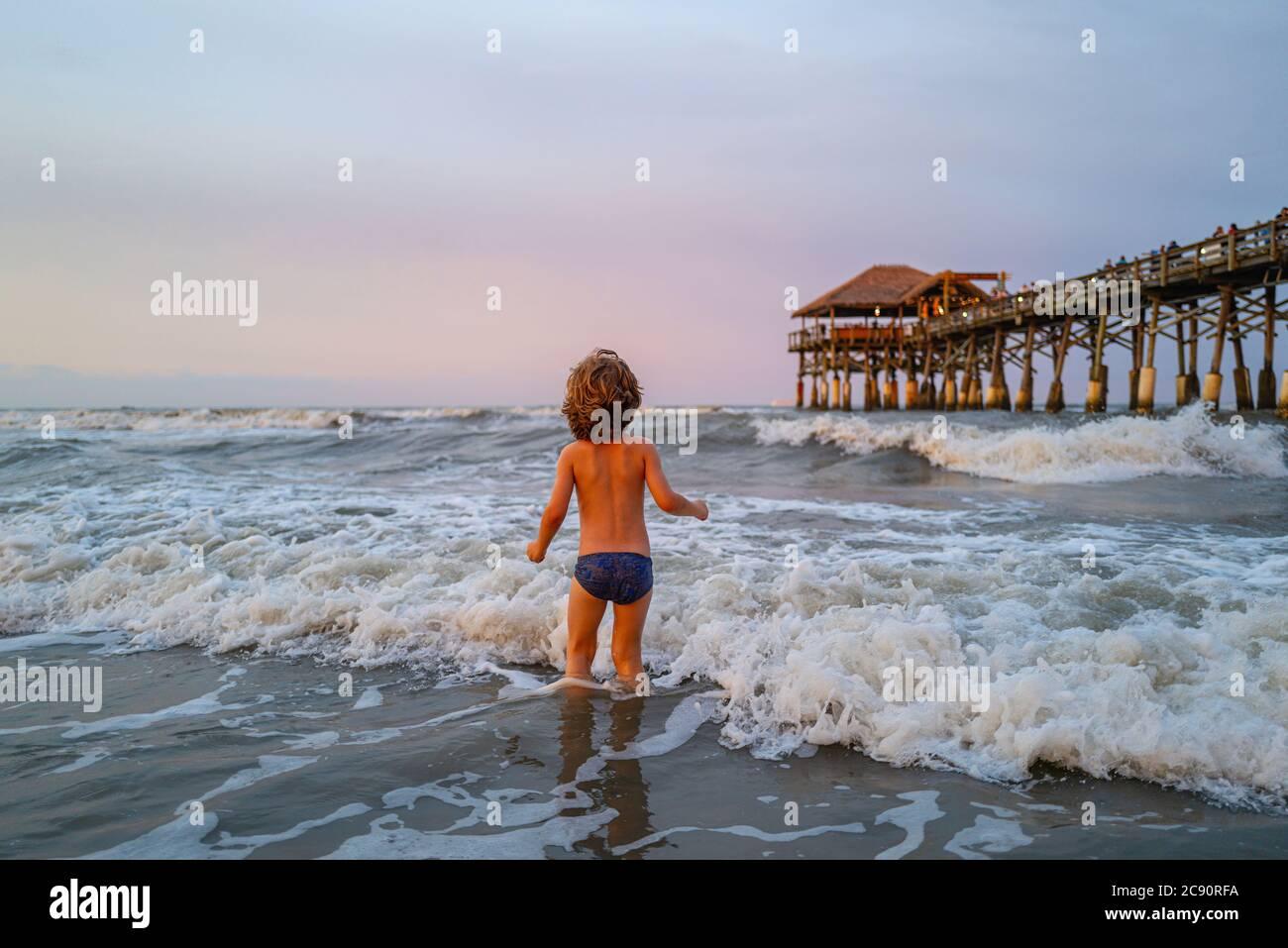Niño pasarlo bien al aire libre. Vacaciones en el mar, niños divertidos, niños jugando en la playa del océano. Foto de stock