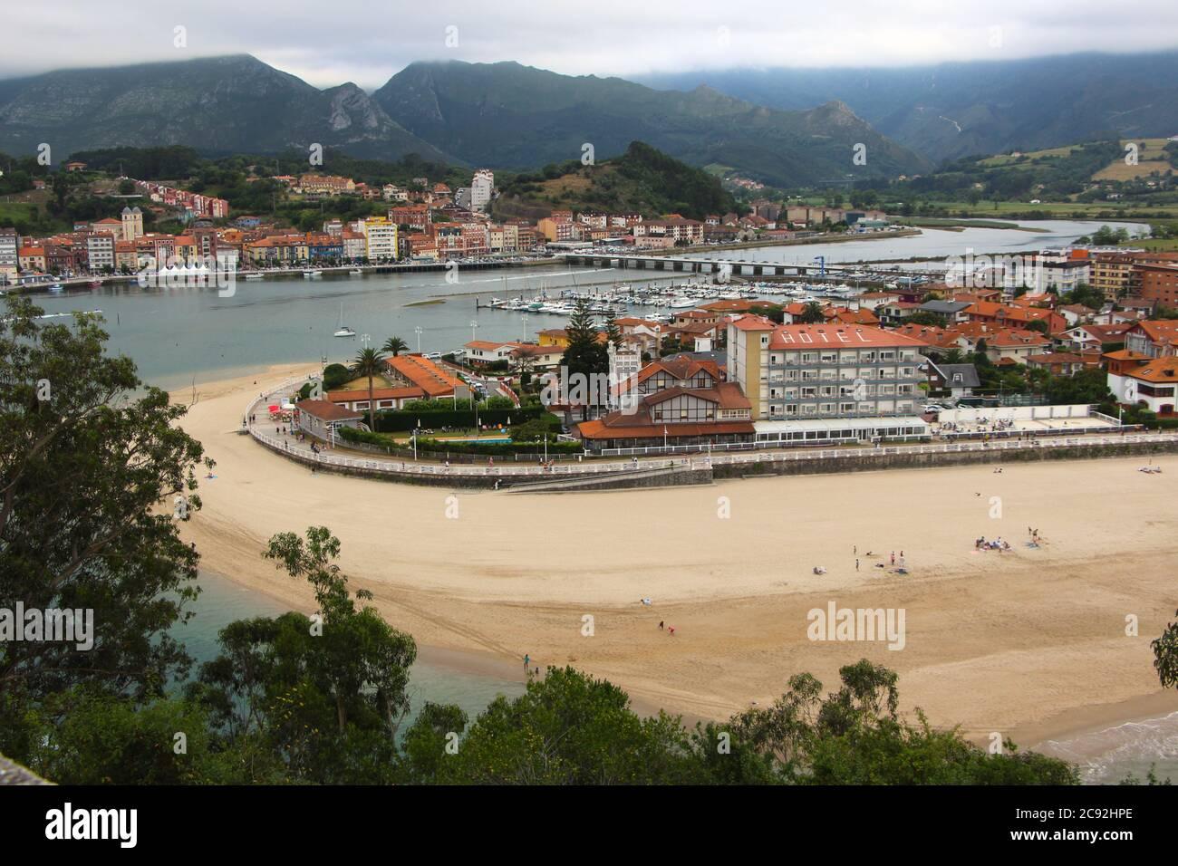 Vista del paisaje desde la cima de una colina del puente de la ciudad Y playa en el río Sella Ribadesella Asturias España Foto de stock