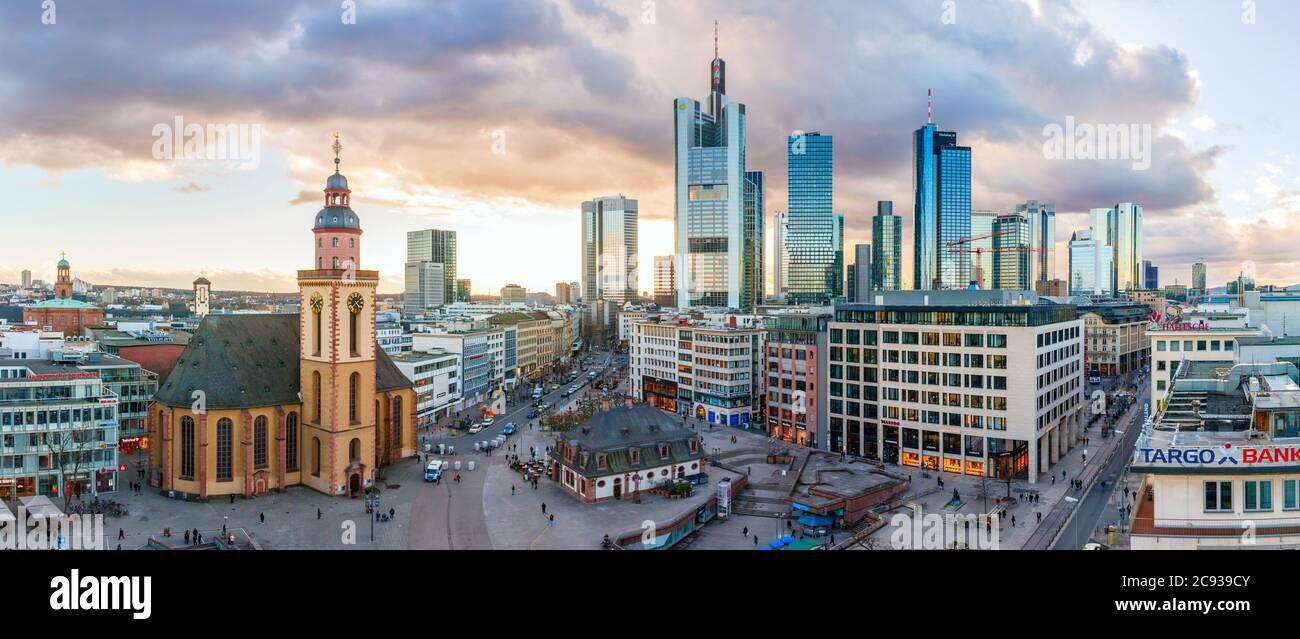 Centro de Frankfurt. Vista panorámica aérea de la plaza Hauptwache con la iglesia de Santa Catalina y los rascacielos del Bankenviertel. Alemania. Foto de stock