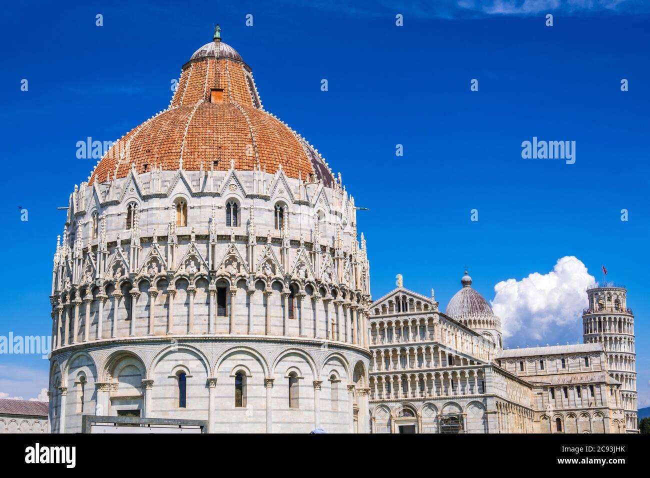 Pisa, Italia - 14 de agosto de 2019: Vista del Baptisterio y la Catedral con la Torre inclinada de Pisa en la Piazza dei Miracoli de Pisa, región de la Toscana Foto de stock
