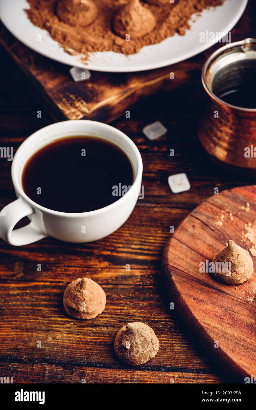 Trufas de chocolate caseras Foto de stock