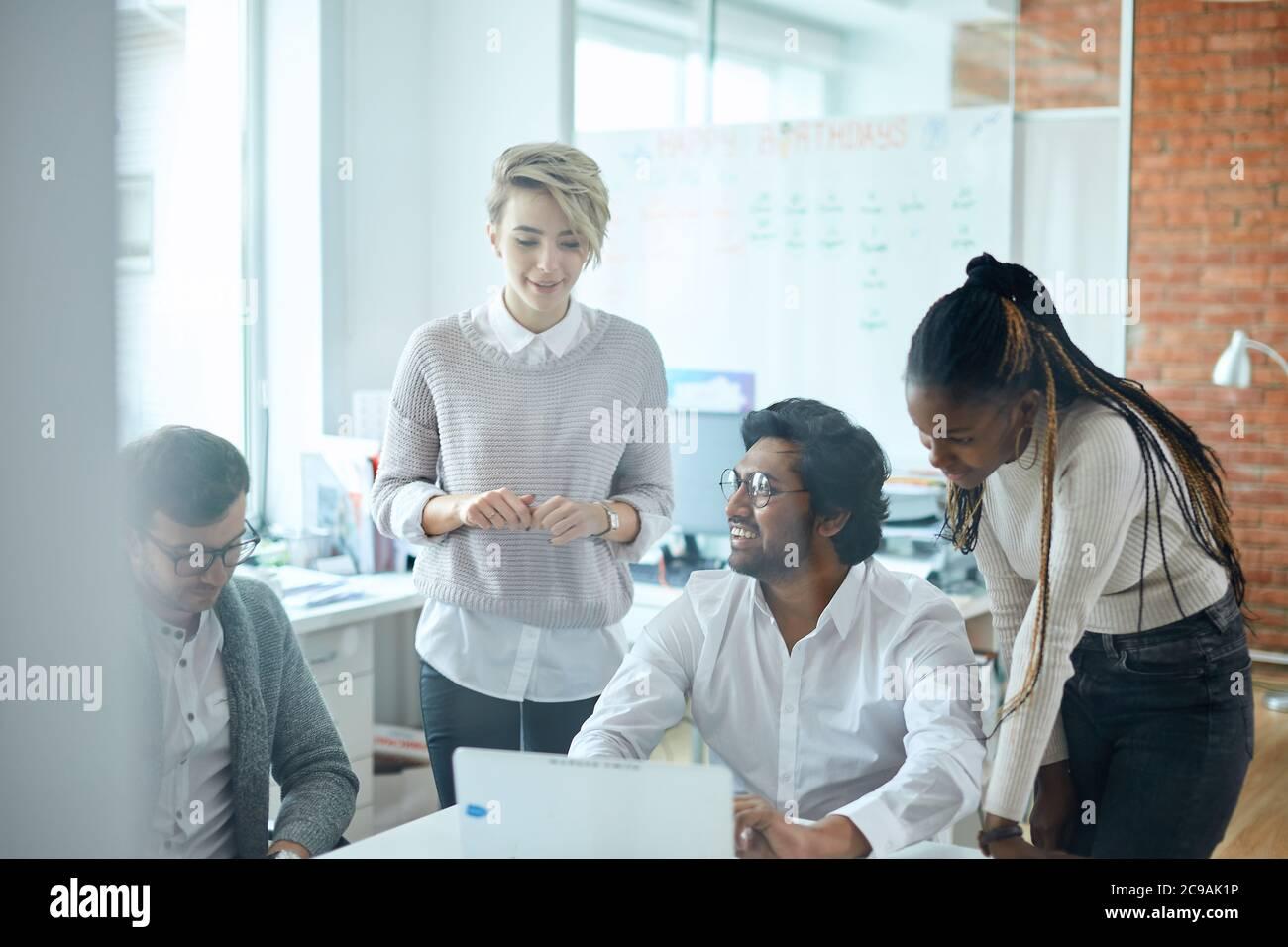 equipo activo que orginiza conferencia en línea en la sala de oficina con una pared de cristal. foto de cerca. Foto de stock