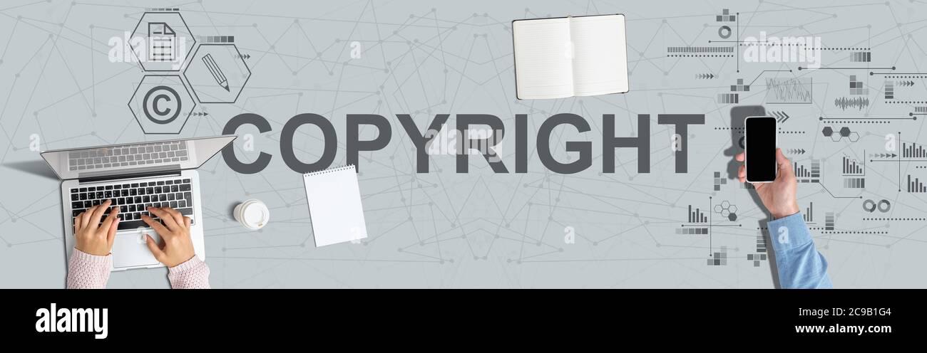 Concepto de protección de los derechos de propiedad intelectual. Manos en un portátil y sostener un smartphone Foto de stock