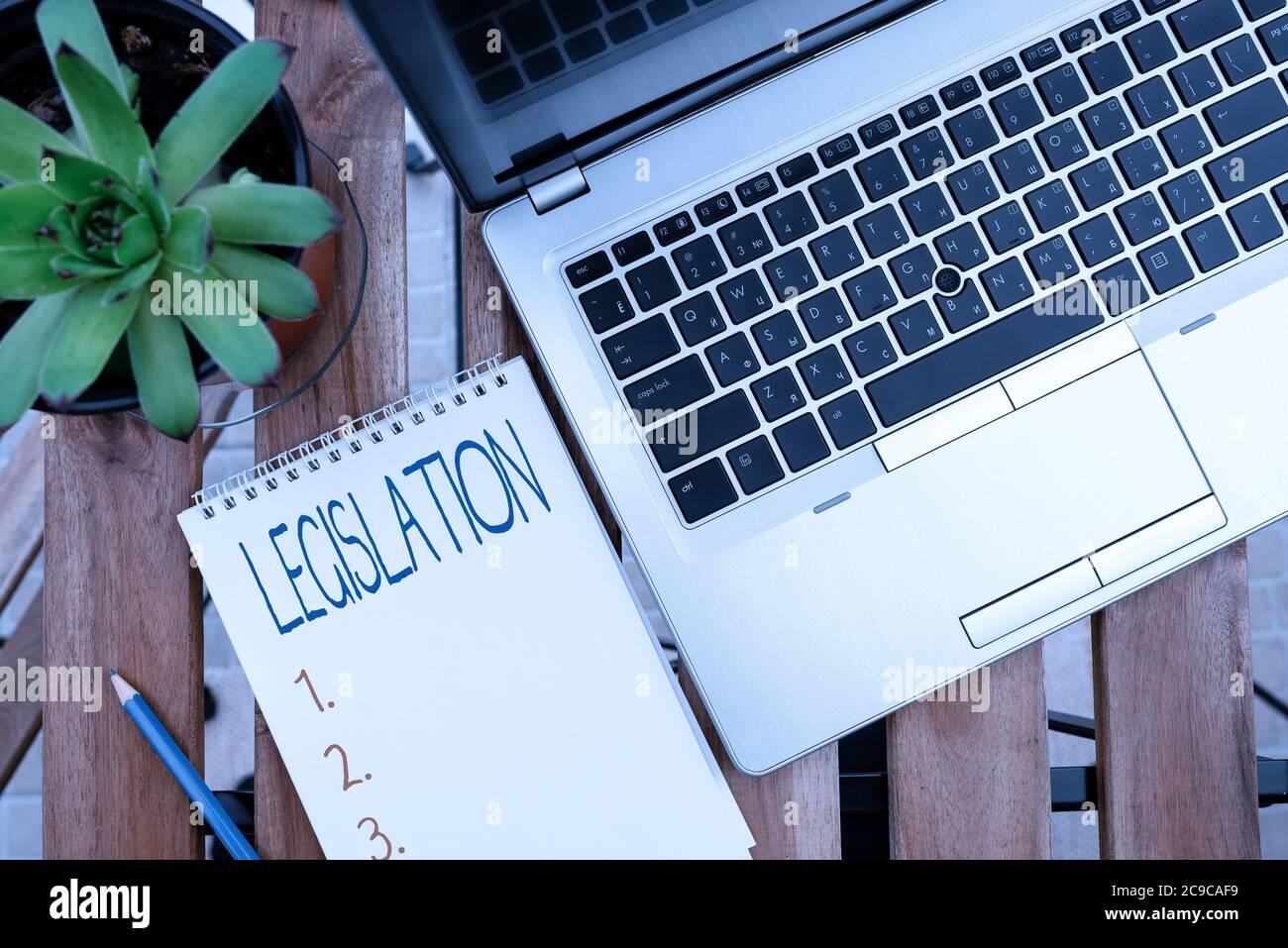 Legislación sobre escritura a mano. Foto conceptual el ejercicio del poder y la función de hacer reglas personal visión general del lugar de trabajo con el dispositivo portátil u Foto de stock
