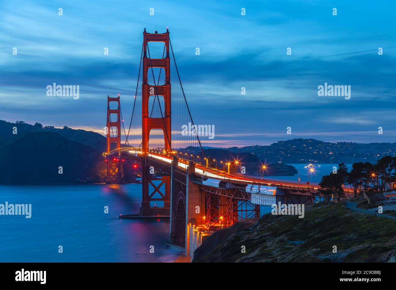 El puente Golden Gate, San Francisco, California, EE.UU., durante la noche. Foto de stock