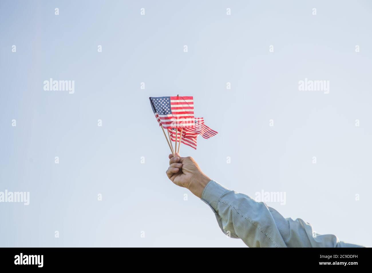 El patriótico anciano celebra el día de la independencia de los estados unidos el 4 de julio con una bandera nacional en sus manos. Día de la Constitución y la Ciudadanía. Gran Nacional Foto de stock