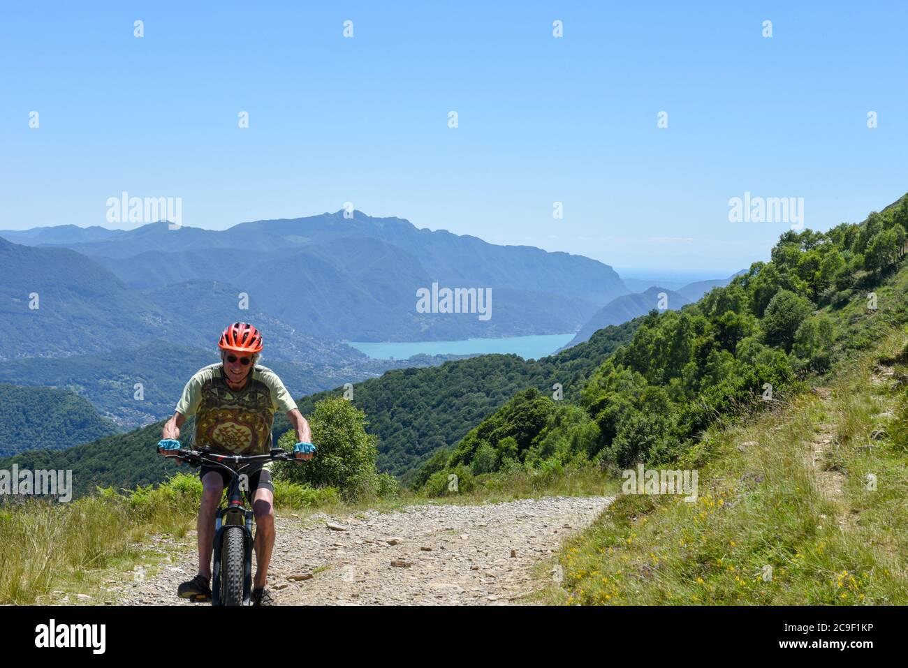 Monte Tamaro, Suiza - 22 de junio de 2020: Hombre en su bicicleta de montaña en el Monte Tamaro en los alpes suizos Foto de stock