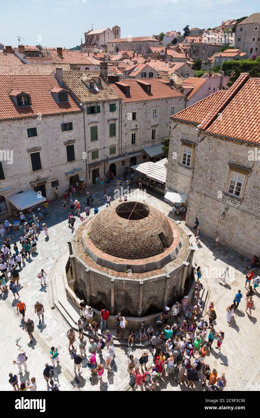 Dubrovnik, del condado de Dubrovnik-Neretva, en Croacia. La gran fuente de Onofrio. La ciudad vieja de Dubrovnik es un sitio del Patrimonio Mundial de la UNESCO. Foto de stock