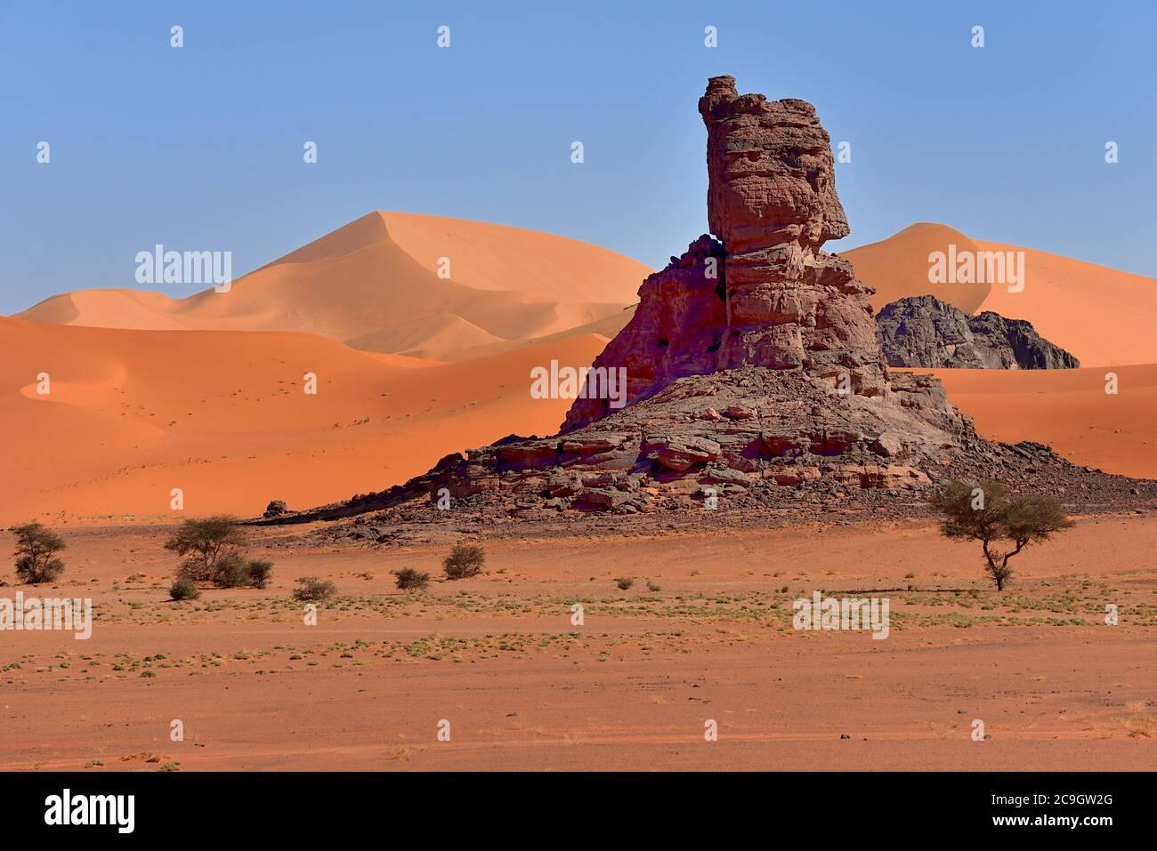 TADRART ROUGE , ARGELIA. DESIERTO DEL SAHARA. TIN MERZOUGA Y MUUL N AGA DUNAS DEL DESIERTO Y PATRONES DE ARENA. Foto de stock