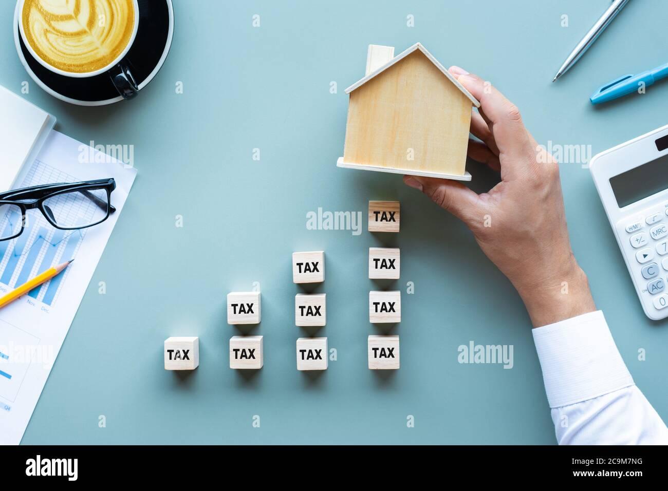 Propiedad tax.investment planning.business real estate.economy crisis.gastos de worker.rent or buy house.top view Foto de stock