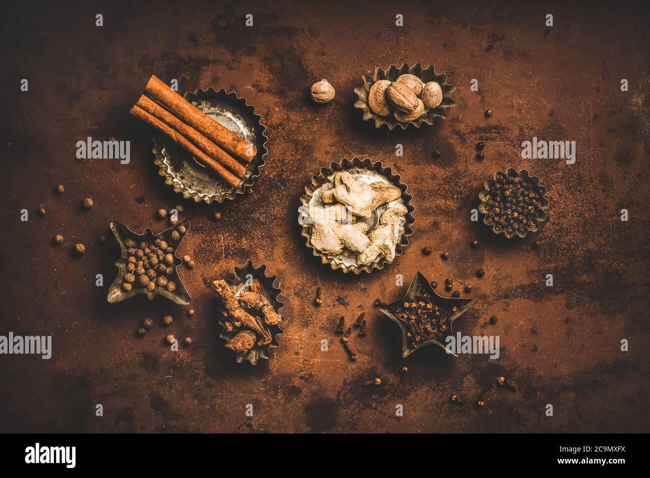 Piso-Lay de la especia turca Yedi Bahar mezcla sobre fondo oxidado Foto de stock