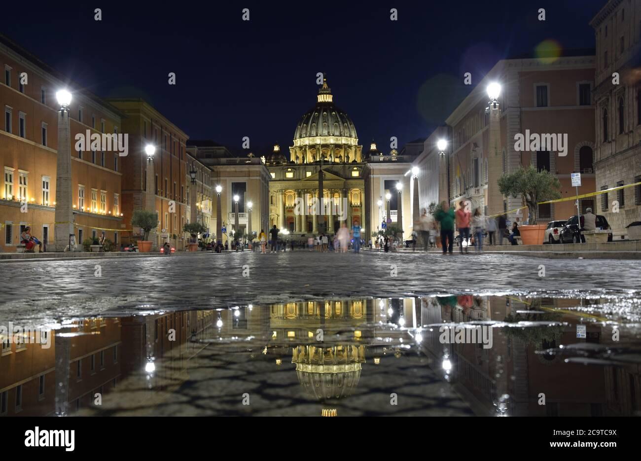 Basílica de San Pedro en la Plaza de San Pedro por la noche en la ciudad de Roma, Italia Foto de stock