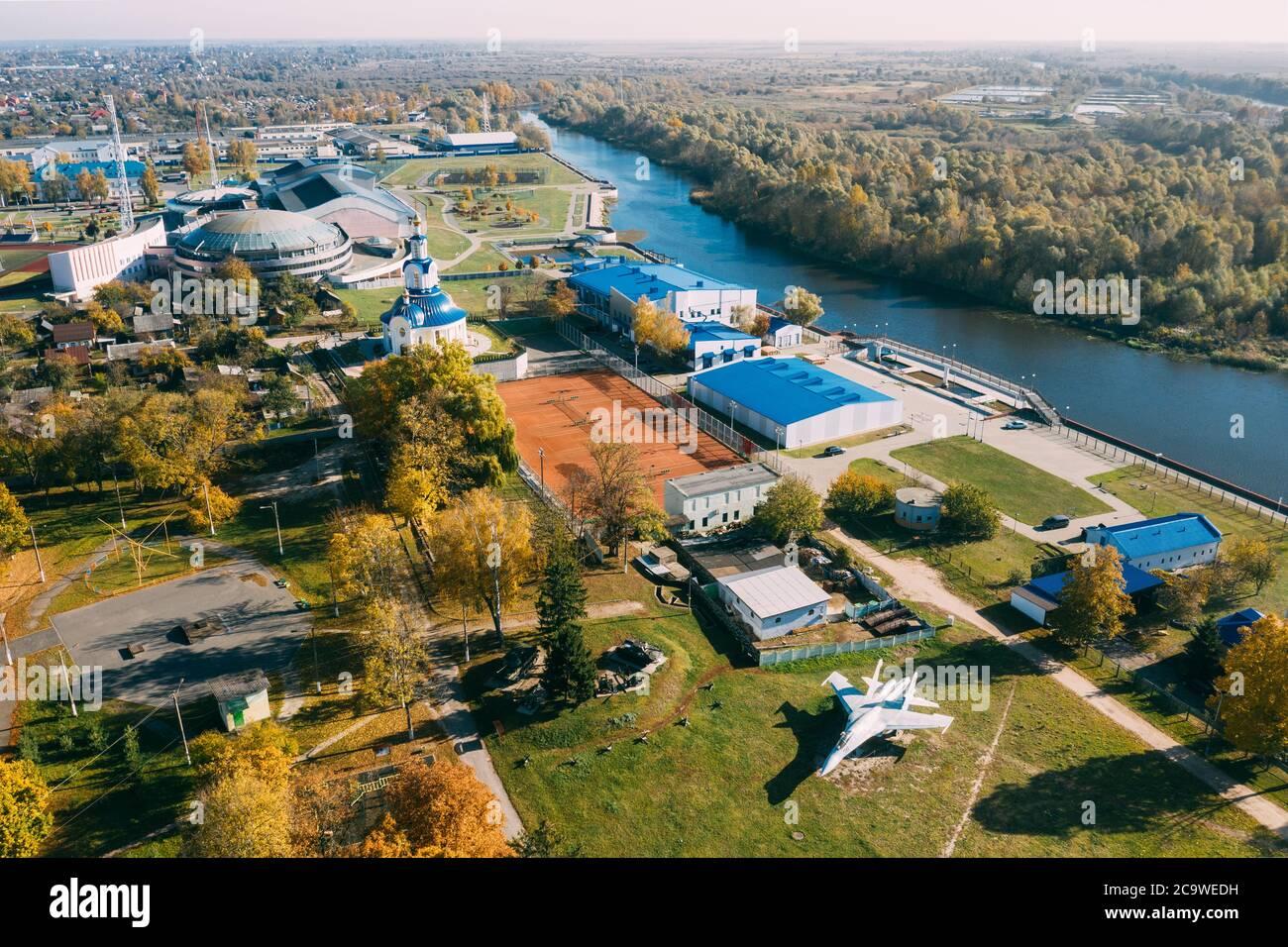 Pinsk, región de Brest de Belarús, en la región de Polesia. Ciudad de Pinsk Skyline en día de otoño. Vista de pájaro del Parque de la ciudad con aviones militares y Foto de stock