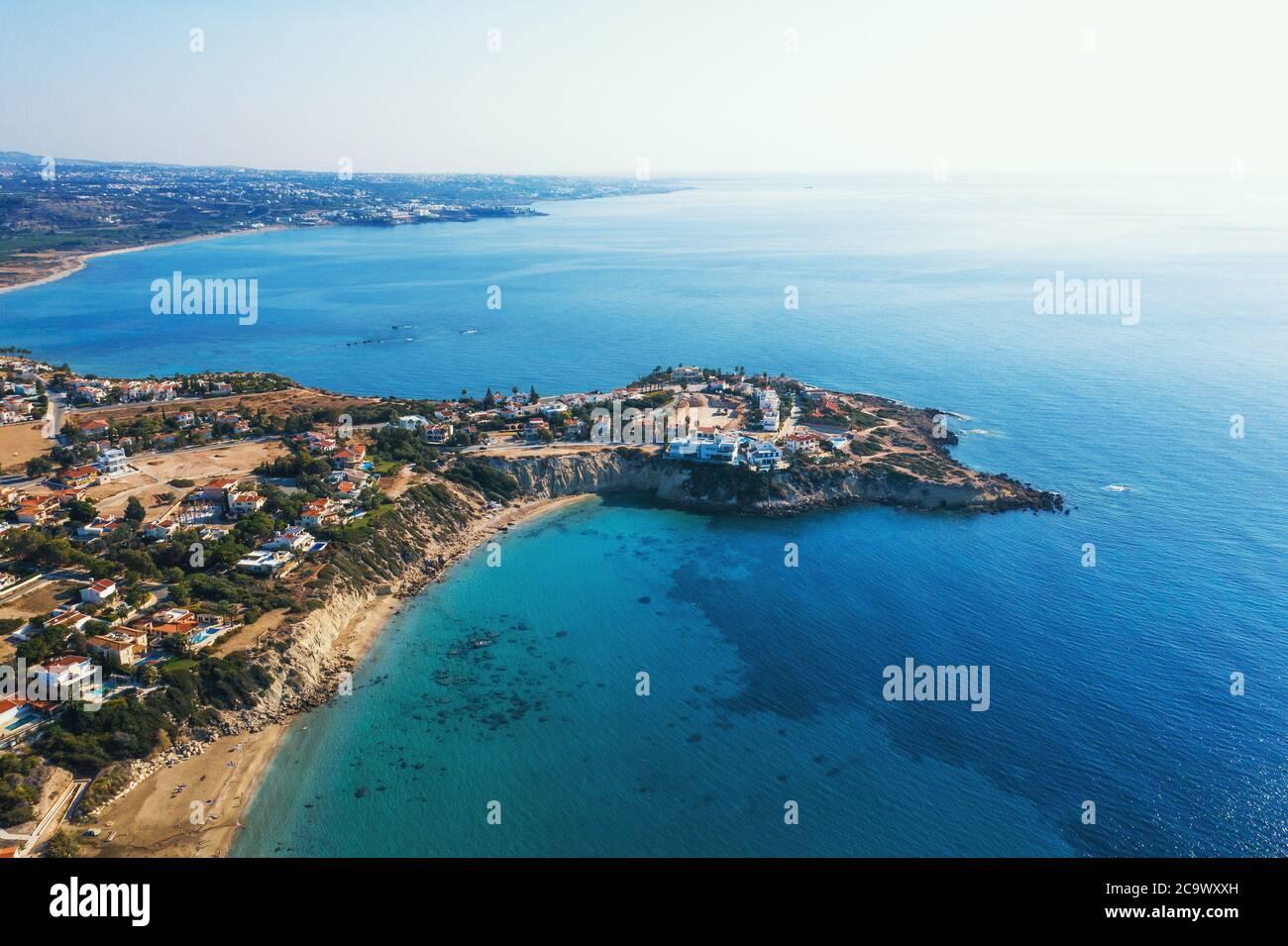 Chipre paisaje vista aérea de la costa de piedra amarilla con villas y azul mar mediterráneo. Foto de stock
