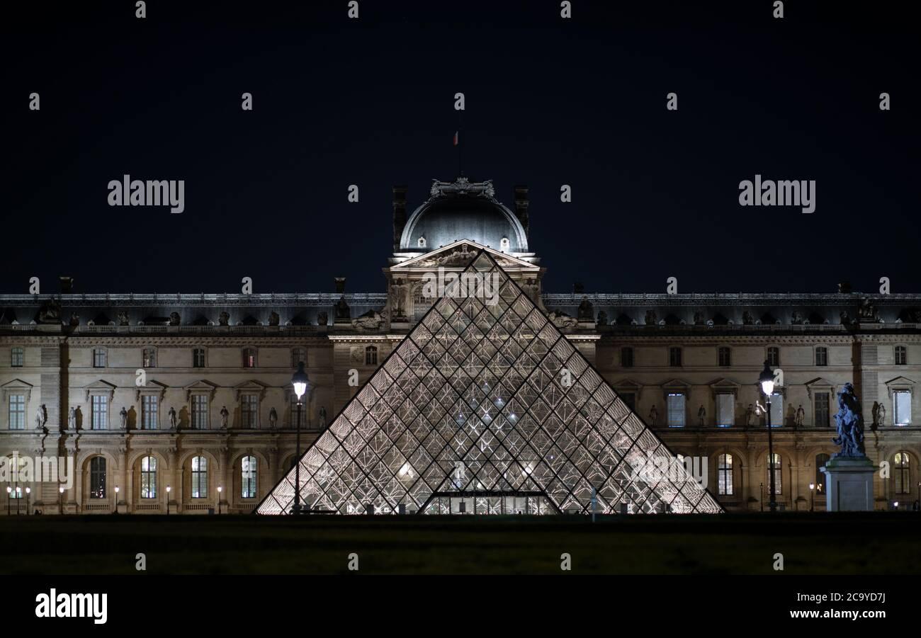 Pirámide del Louvre, París, Francia, 2020. Foto de stock