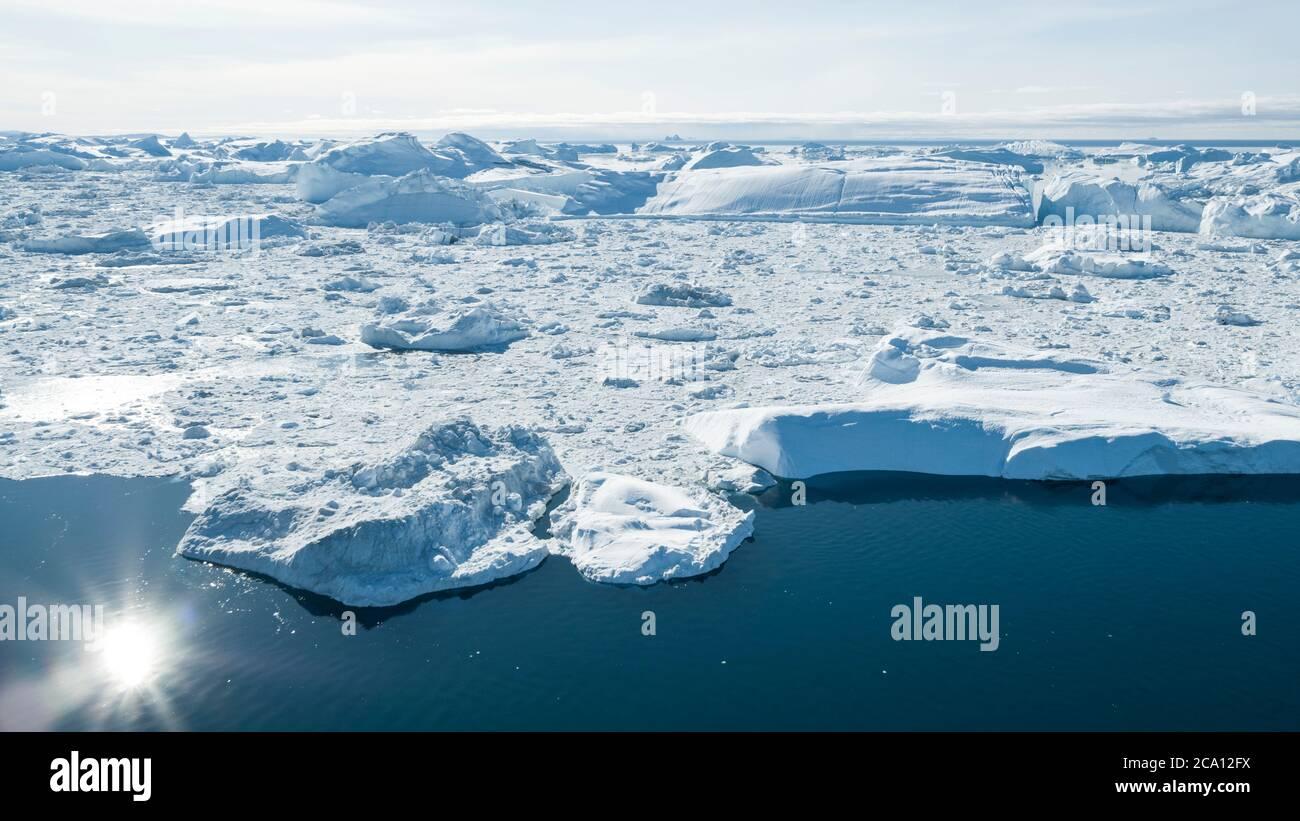 Imagen del zumbido aéreo del iceberg - concepto de calentamiento global y cambio climático. Icebergs gigantes en la bahía de Disko en groenlandia en Ilulissat icefjord de derretir Foto de stock