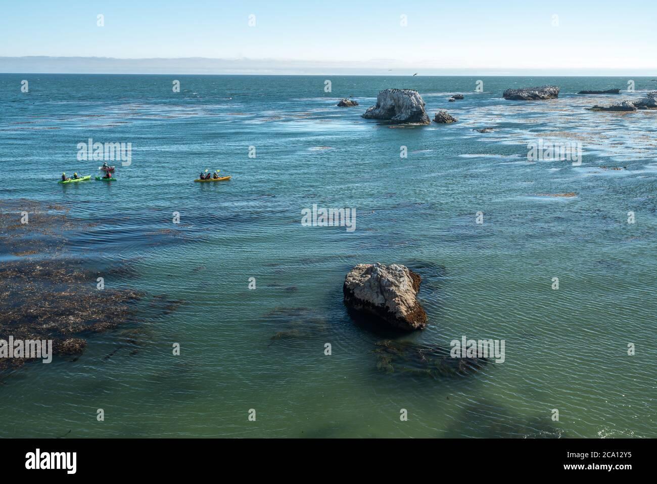 Kayak a lo largo de la costa rocosa, Pismo Beach, costa de California Foto de stock