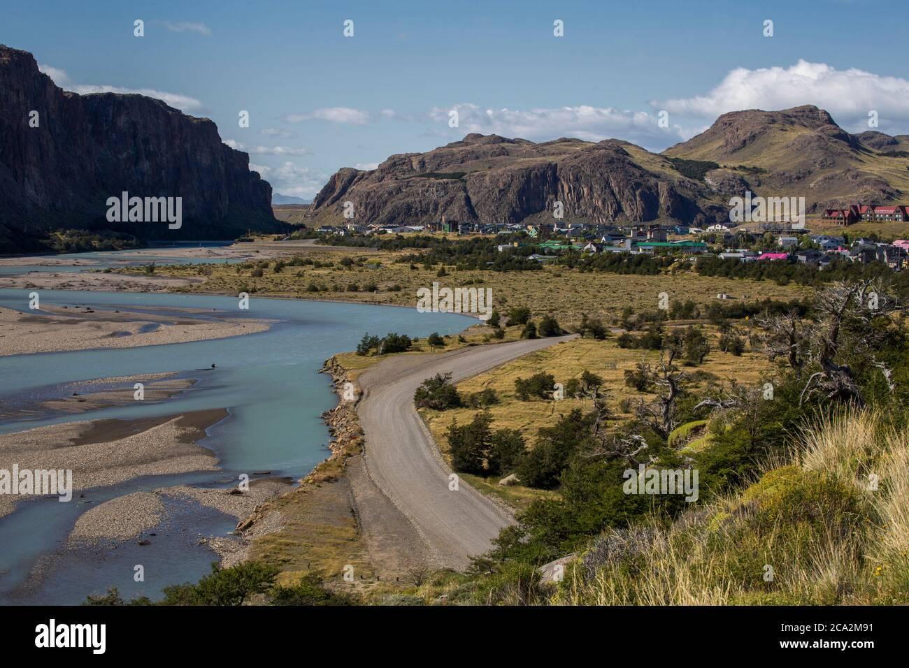 Vista del Valle del Río de las vueltas y el pueblo de el Chalten, Argentina. El color turquesa del agua es causado por el cieno glacial. Foto de stock