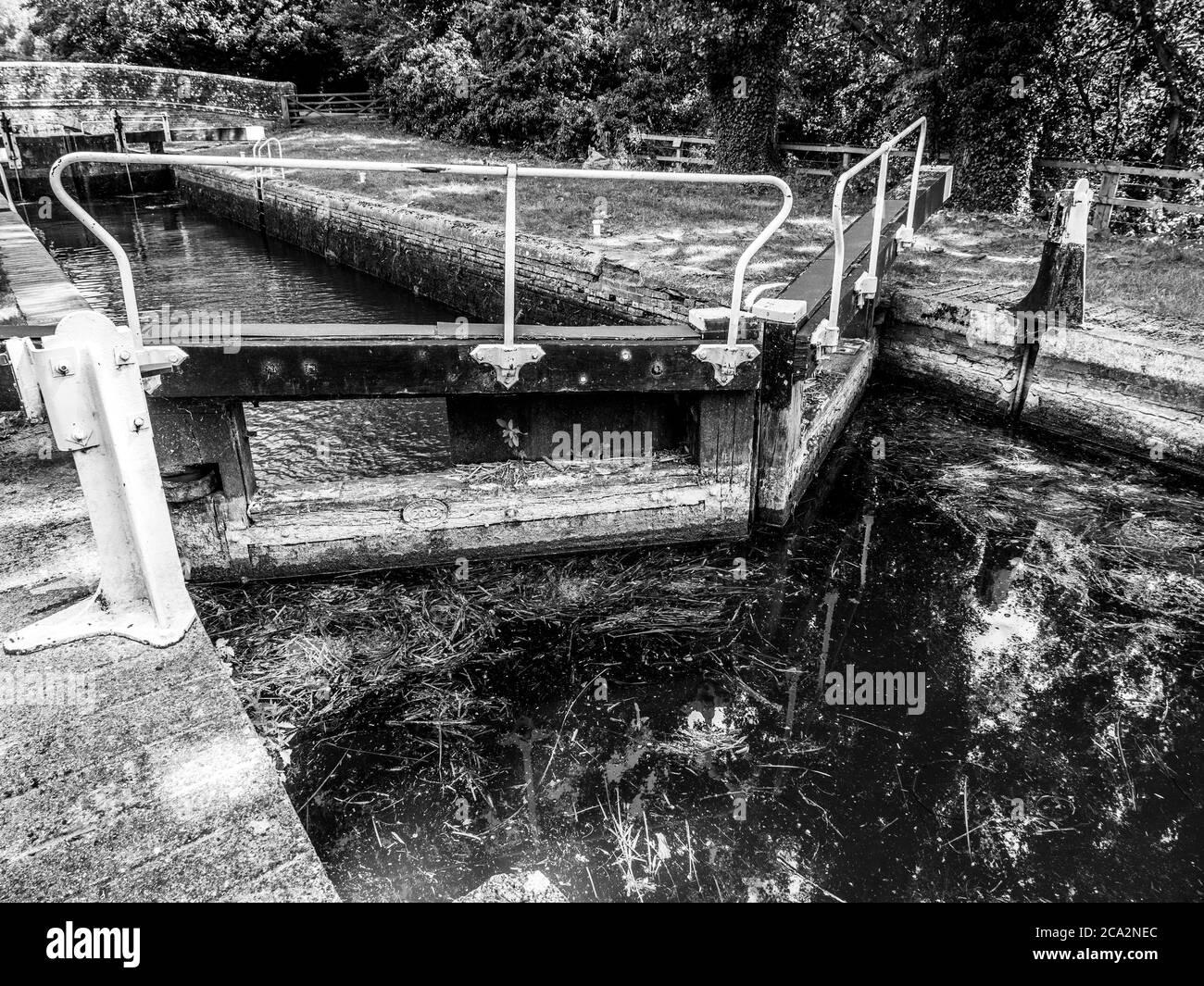 Blanco y Negro Bellas Artes paisaje de Hamstead Lock, Newbury, Kennet y Avon Canal Berkshire, Inglaterra, Reino Unido, GB. Foto de stock