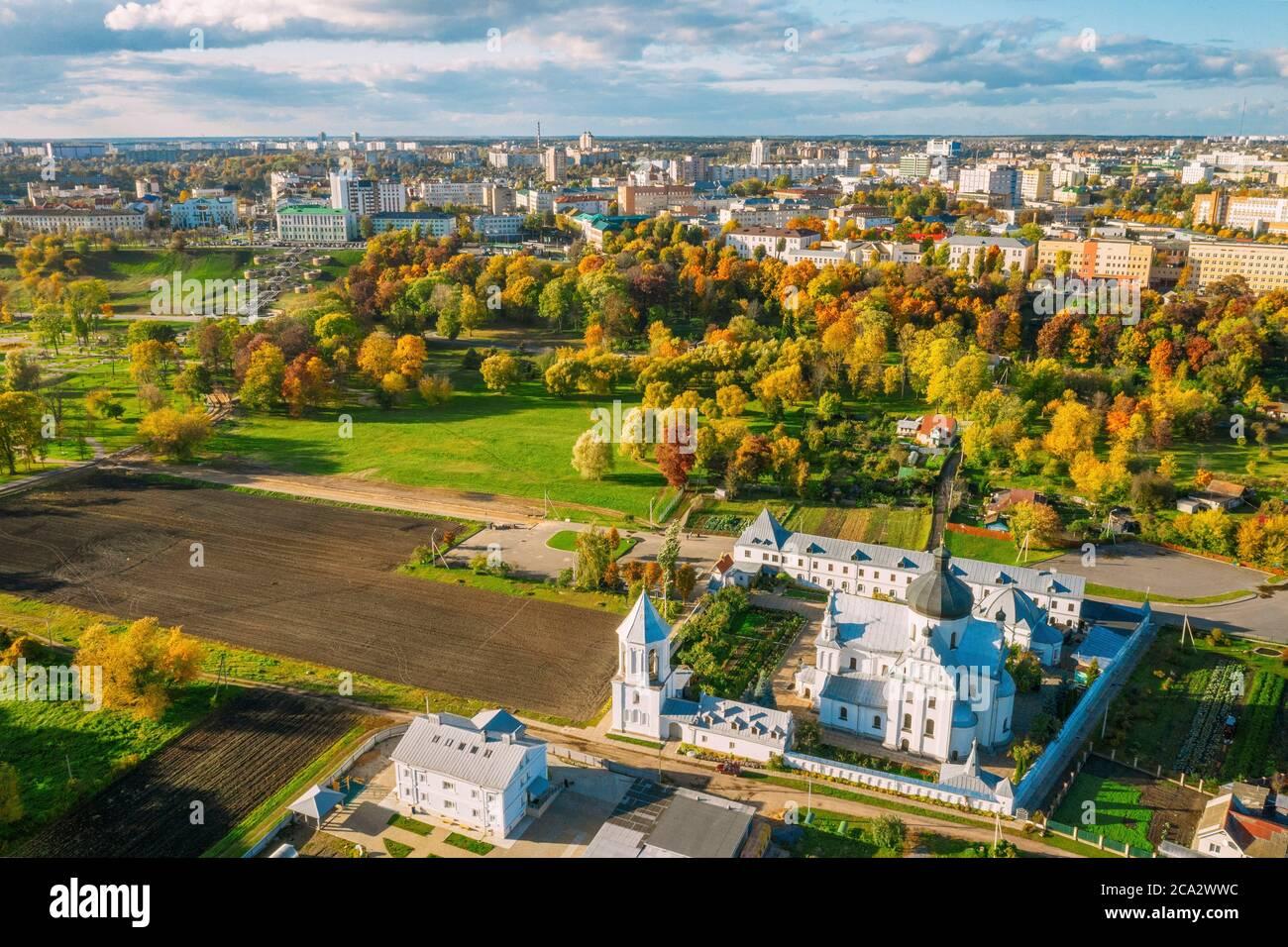 Mahiliou, Bielorrusia. Mogilev Ciudad Con El Famoso Monasterio De San Nicolás Landmark. Vista Aérea De Skyline En El Día De Otoño. Vista de pájaro. Foto de stock