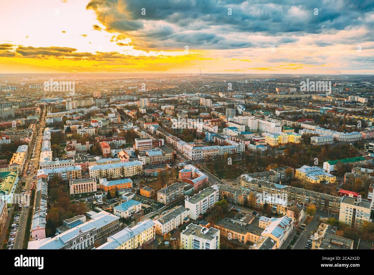 Gomel, Bielorrusia. Vista aérea del horizonte urbano de Homiel en la noche de otoño. Distrito residencial durante el atardecer. Vista de pájaro. Foto de stock