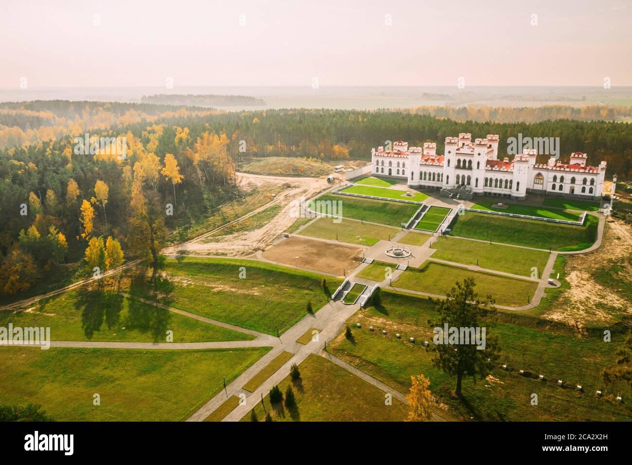 Kosava, Belarús. Antena vista de pájaro del famoso hito histórico popular Kosava Castillo. Puslowski Castillo Palacio. Y Patrimonio Histórico. Foto de stock
