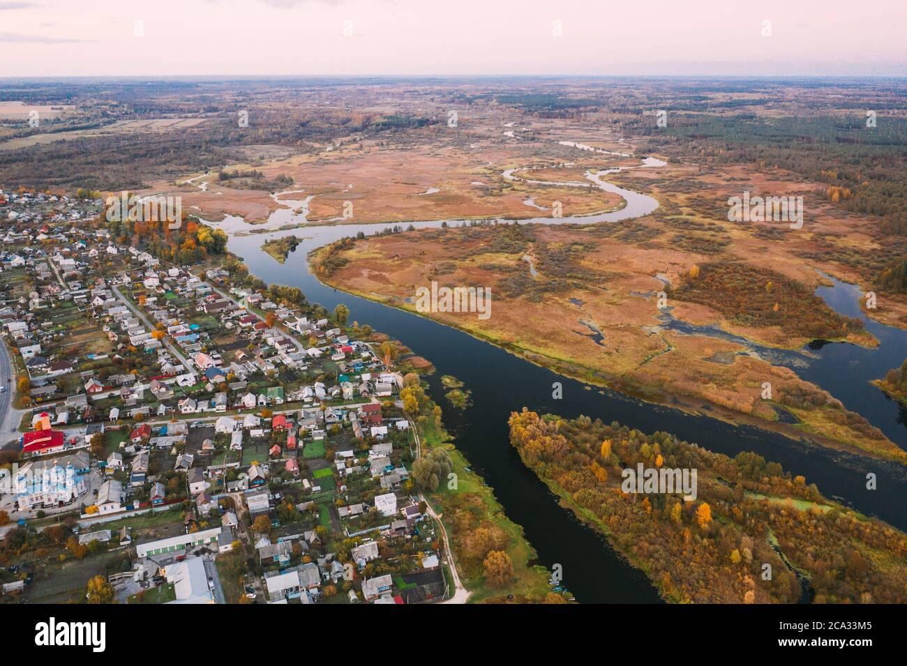 Dobrush, región de Gomel, Bielorrusia. Vista aérea del horizonte urbano de Dobrush en la noche de otoño. Distrito residencial y río en vista de pájaro. Foto de stock