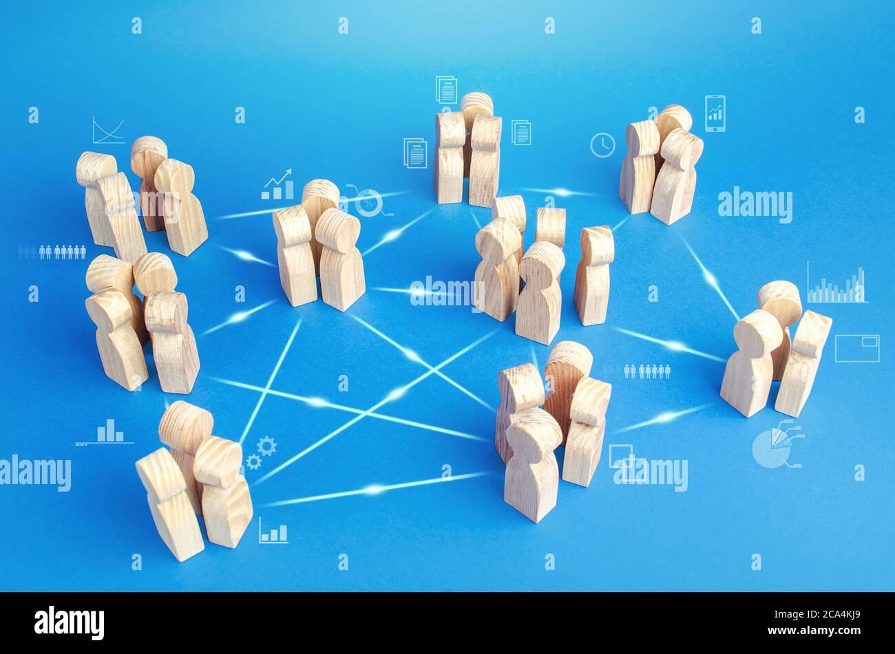 Muchos equipos relacionados en la empresa hacen el trabajo en cooperación. Coordinación e intercambio de conocimientos. Modelo de negocio de los grupos autónomos sin m medio Foto de stock