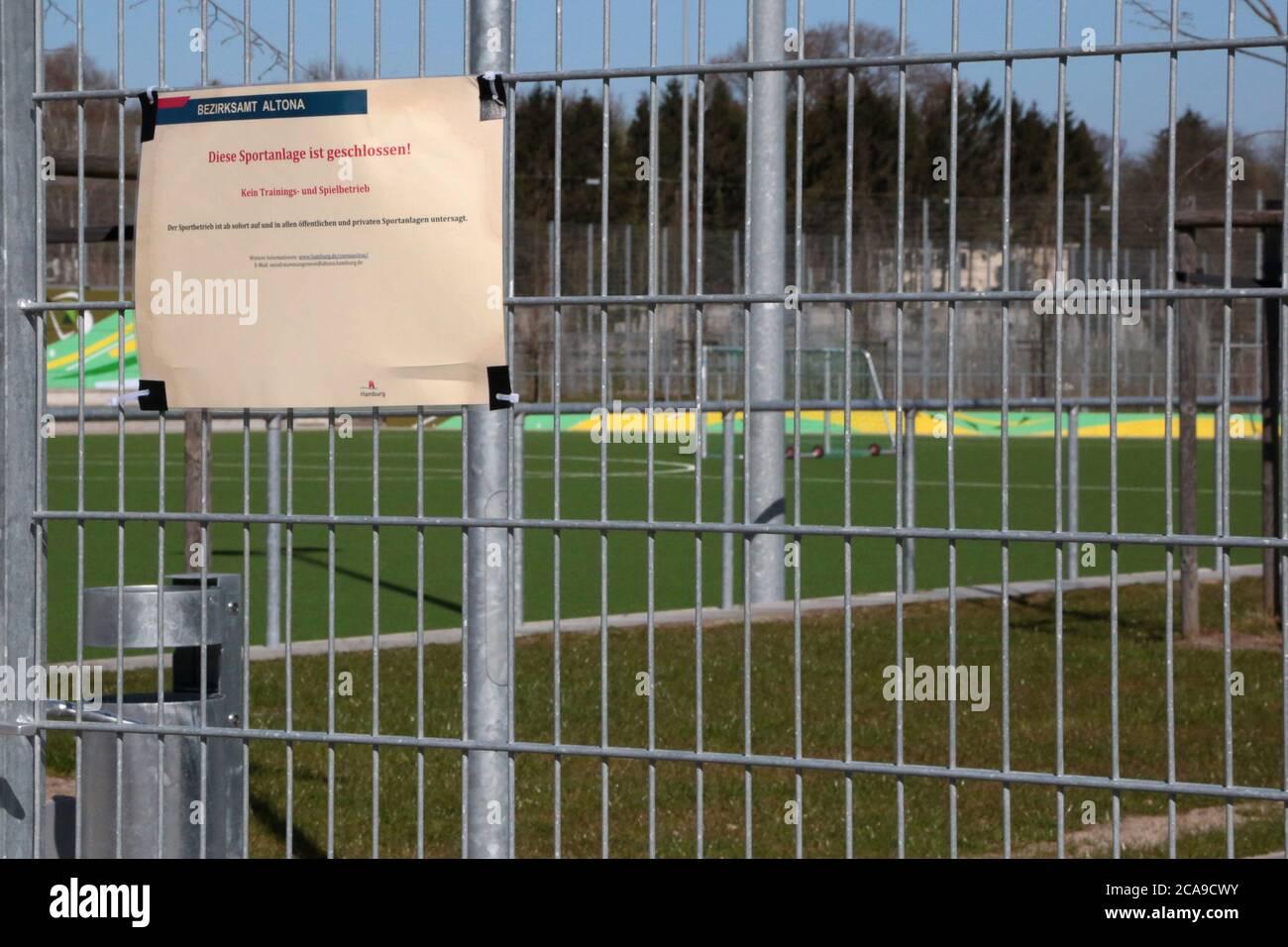 Cerrado sportspark, escuelas y patios de recreo debido a la crisis de Corona. Foto de stock