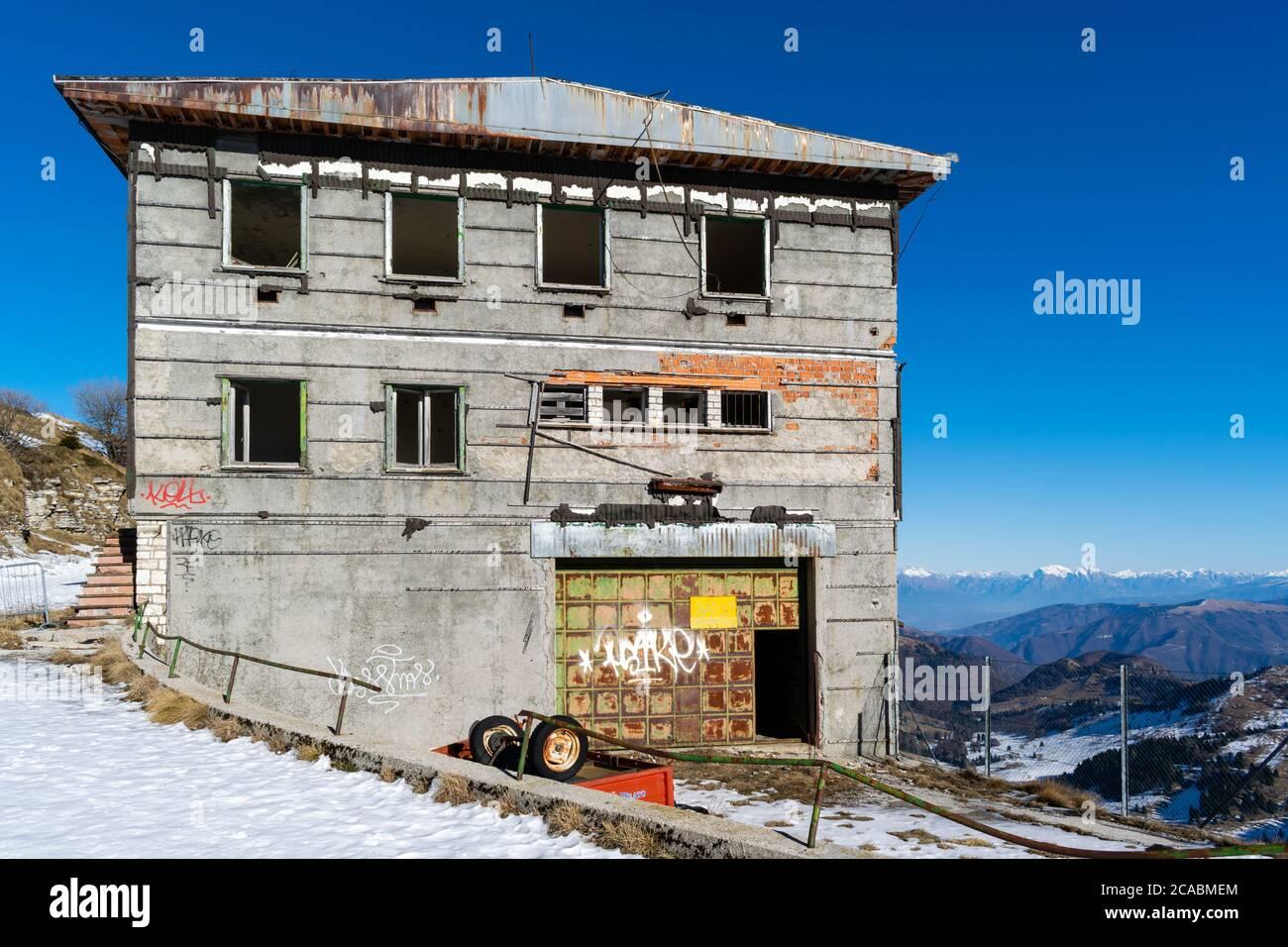 Vista general del edificio abandonado. Edificio abandonado situado en Monte Grappa (Veneto, Italia), escenario de enfrentamientos decisivos durante la primera Guerra Mundial Foto de stock