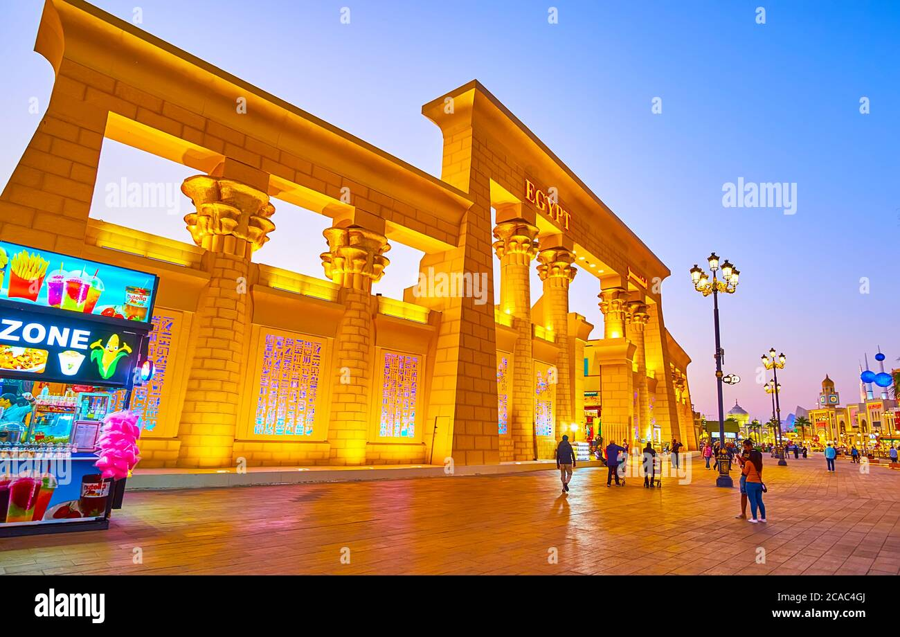 DUBAI, EAU - 5 DE MARZO de 2020: Las luces nocturnas decoran la fachada del pabellón de Egipto de Global Village Dubai, el 5 de marzo en Dubai Foto de stock