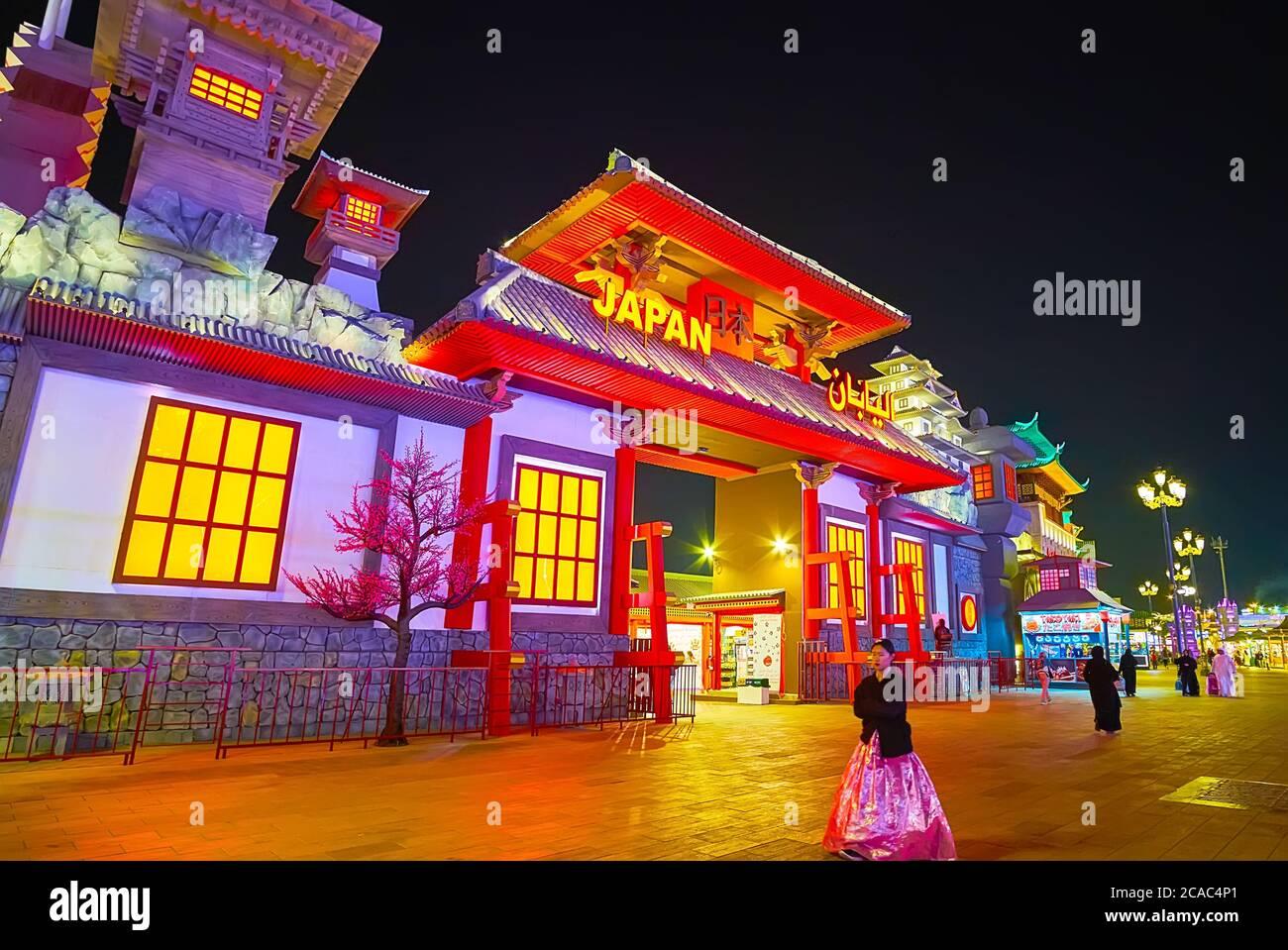 DUBAI, EAU - 5 DE MARZO de 2020: La fachada escénica de Japón Pabellón de Global Village Dubai con techo de dos vertientes, columnas y soportes de madera, paredes de piedra Foto de stock
