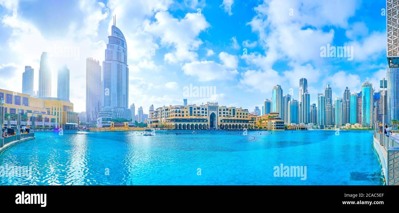 DUBAI, EAU - 3 DE MARZO de 2020: El gran hombre hizo el lago Burj Khalifa con los edificios altos y bajos de al Bahar Souq, el 3 de marzo en Dubai Foto de stock