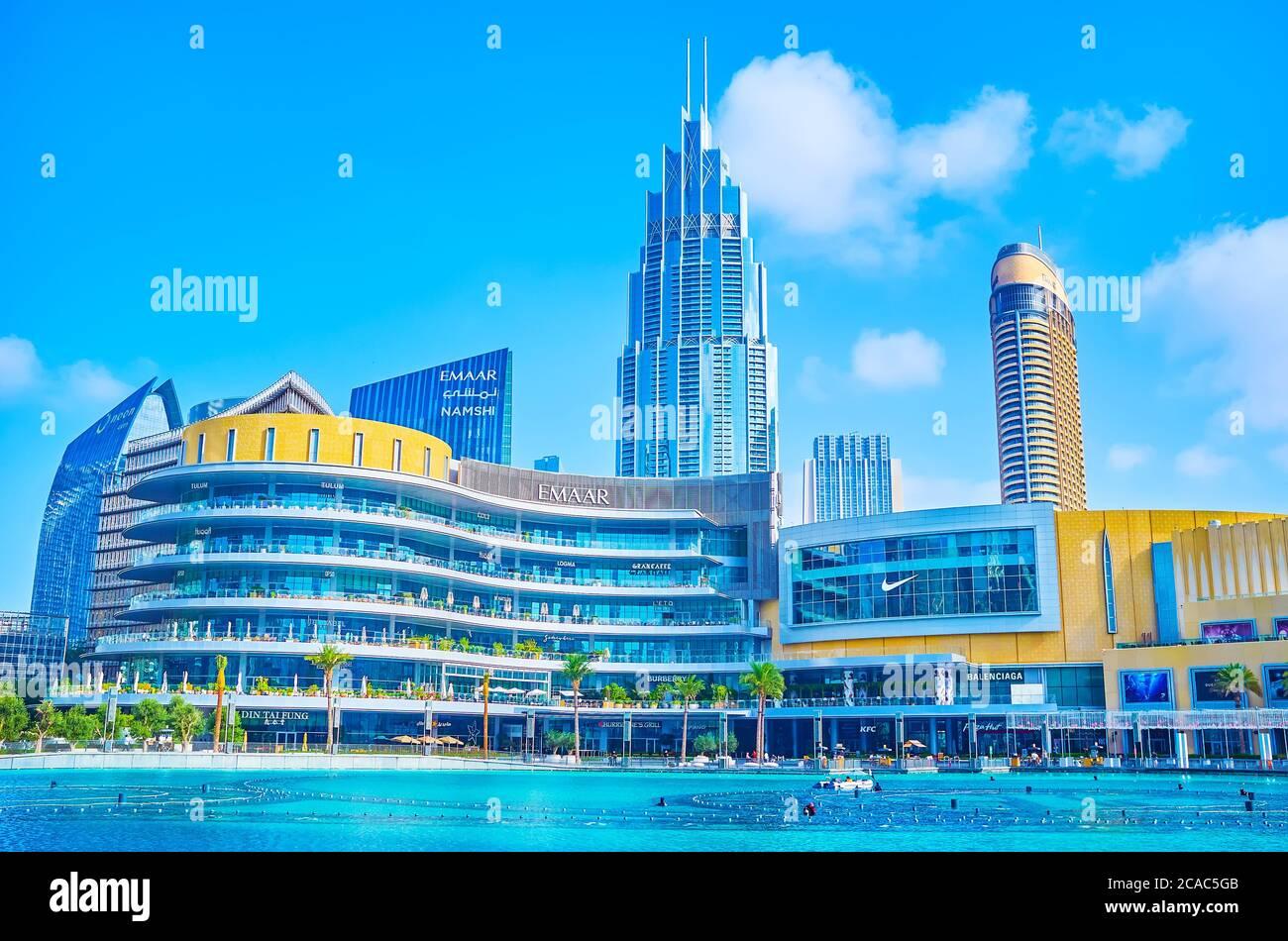 DUBAI, EAU - 3 DE MARZO de 2020: La fachada del centro comercial Dubai Mall con modernos skescrapers y el lago Burj Khalifa en primer plano, el 3 de marzo en Du Foto de stock