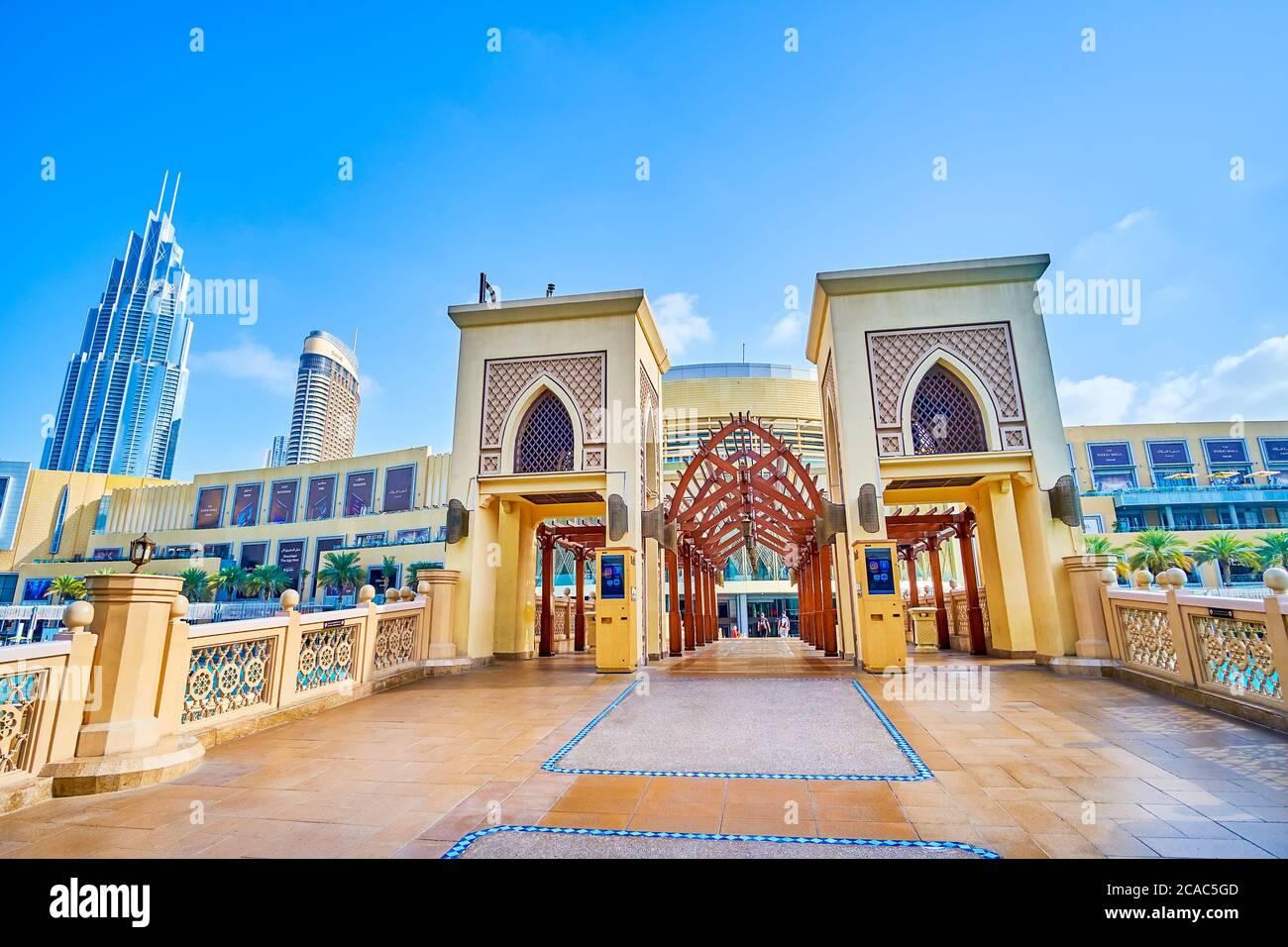 DUBAI, EAU - 3 DE MARZO de 2020: Puente al Bahar sobre el lago Burj Khalifa es la construcción moderna hecha en estilo árabe tradicional y situada en la hea Foto de stock