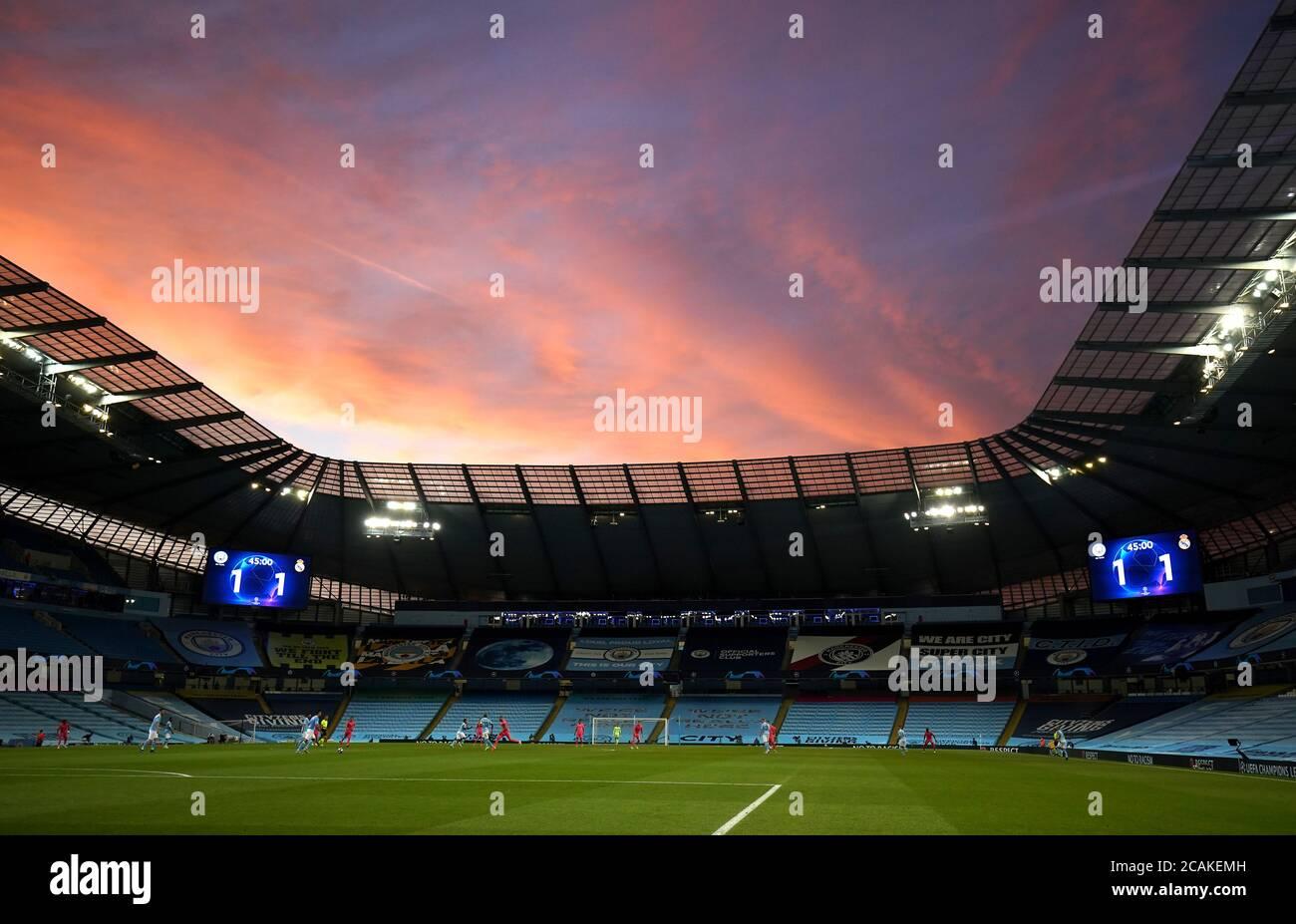 Vista general del estadio durante la Liga de Campeones de la UEFA, ronda de 16, partido de segunda pierna en el Etihad Stadium, Manchester. Foto de stock