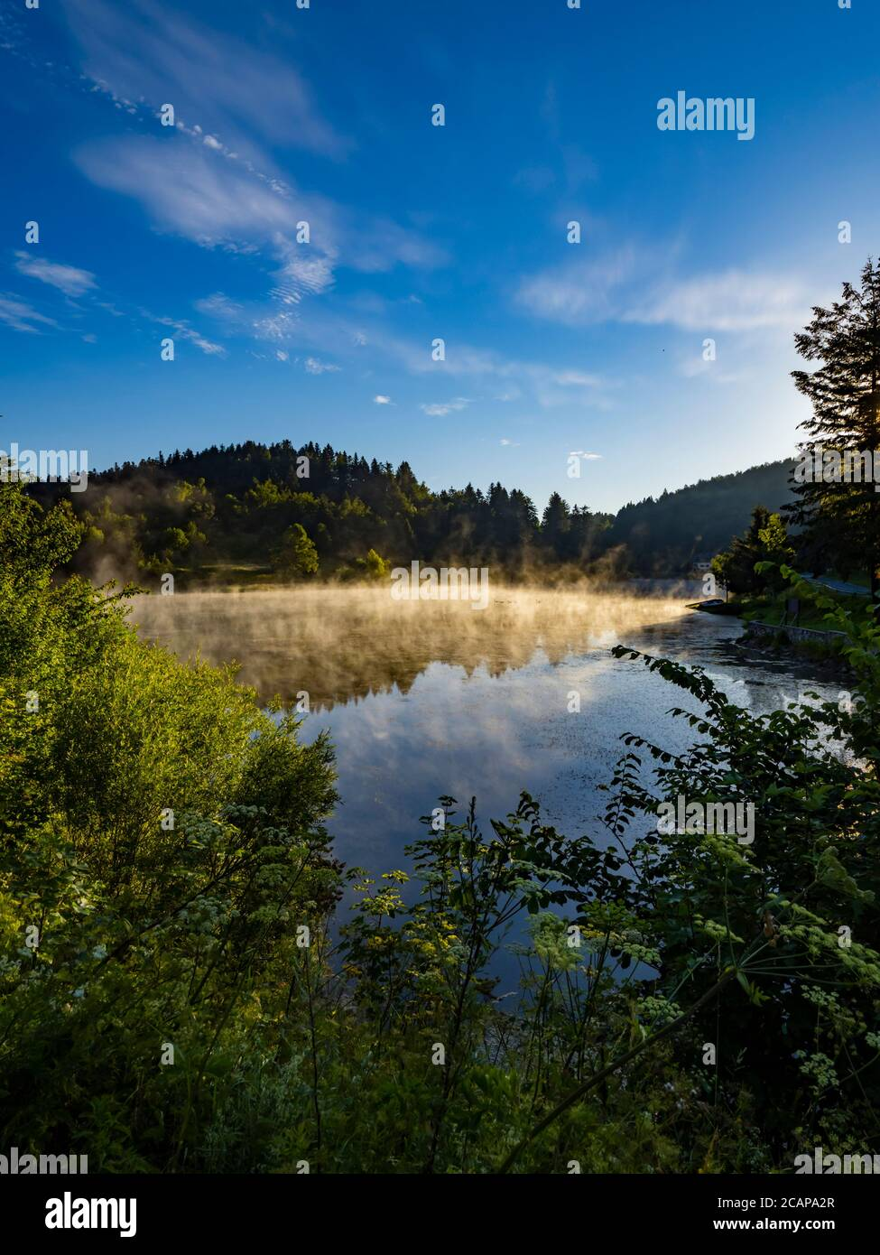 Mañana niebla brillante sobre la superficie del agua del lago Mrzla Vodica en Croacia Europa campo país-lado Foto de stock