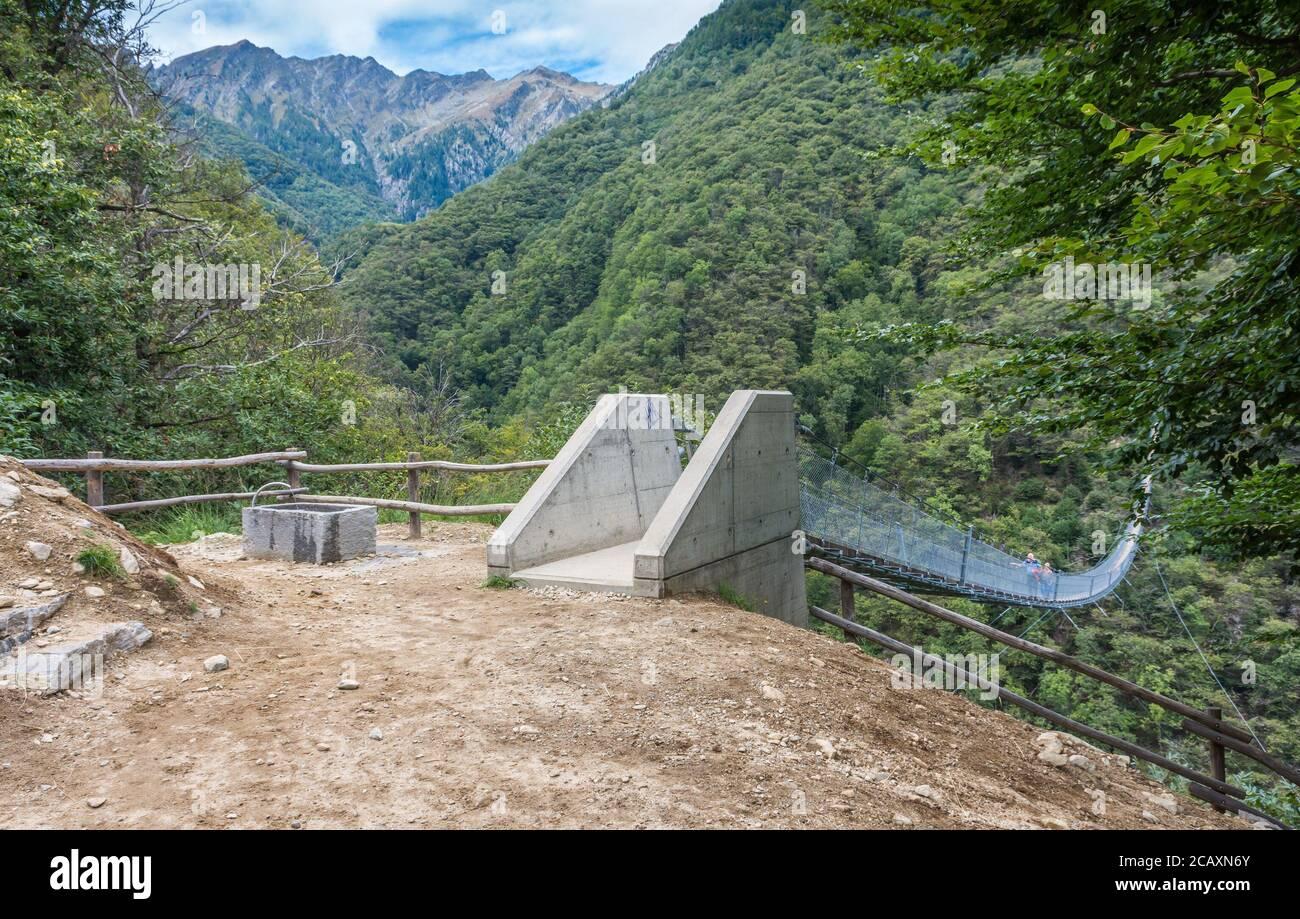 Ponte Tibetano Carasc - Puente tibetano suspendido que separa las comunidades de Sementina y Monte Carasso, Cantón Ticino, Suiza Foto de stock
