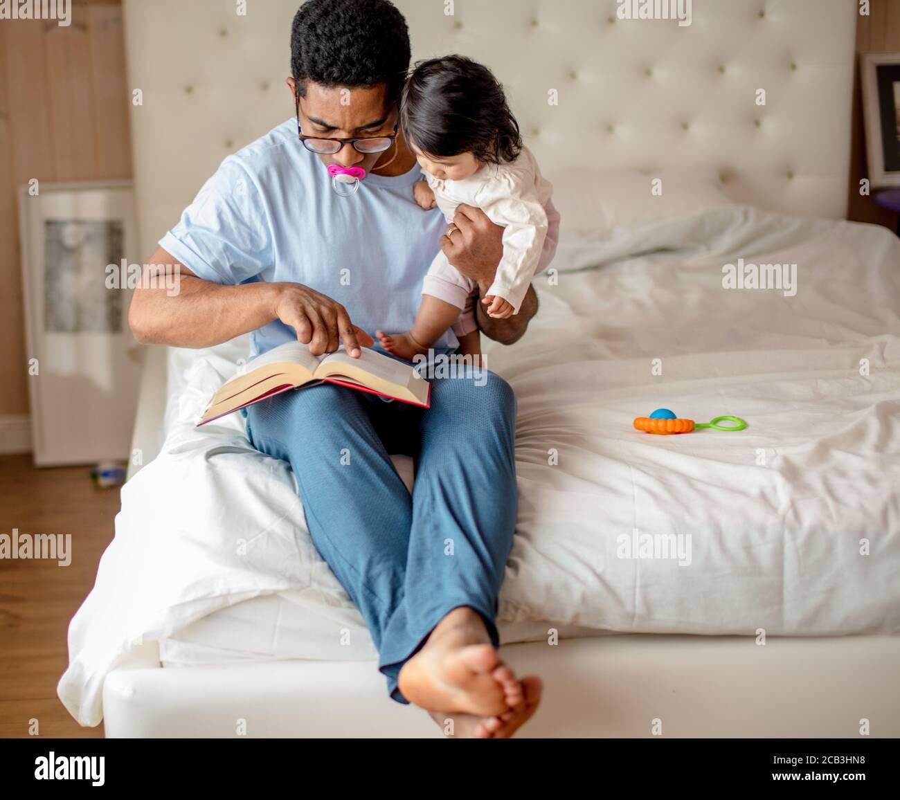 buen padre pasando tiempo con su adorable hija, fin de semana, vacaciones, día libre con un niño, pasatiempo favorito, espacio de copia Foto de stock