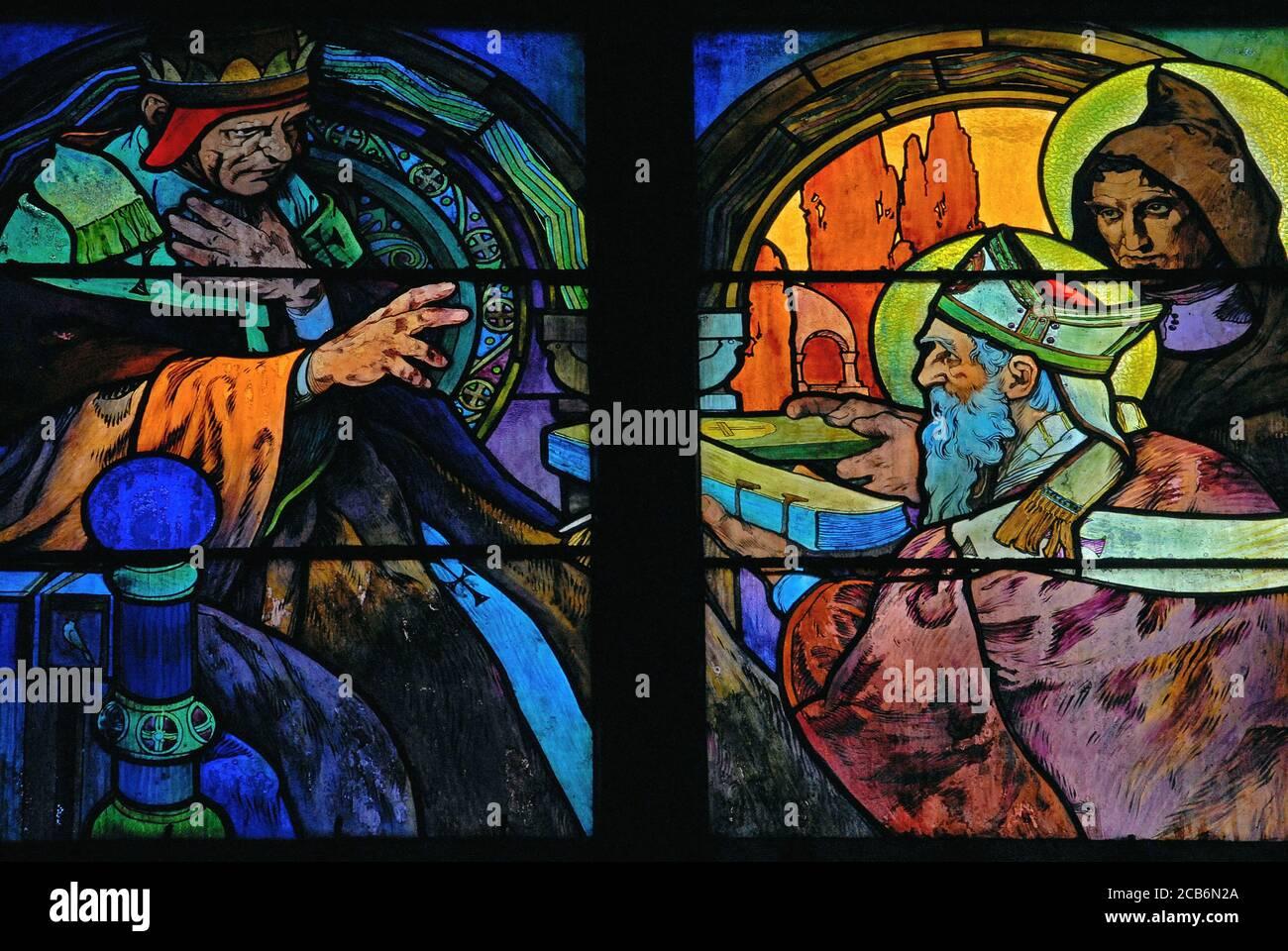 Una escena de la vida de los hermanos santos Cirilo y Metodio, en vívida 1930 vidrieras por el influyente artista Art Nouveau Alphonse Mucha para la capilla del nuevo arzobispo en la Catedral de San Vito en Praga, capital de la República Checa. Los santos, misioneros eslavos moravos, ayudaron a difundir el cristianismo al Traducir la Biblia en un idioma que los eslavos podían entender y al idear un alfabeto eslavo para transcribirlo. Alphonse o Alfons Maria Mucha (1860-1939) fue un prolífico pintor, ilustrador y artista gráfico Art Nouveau. Foto de stock